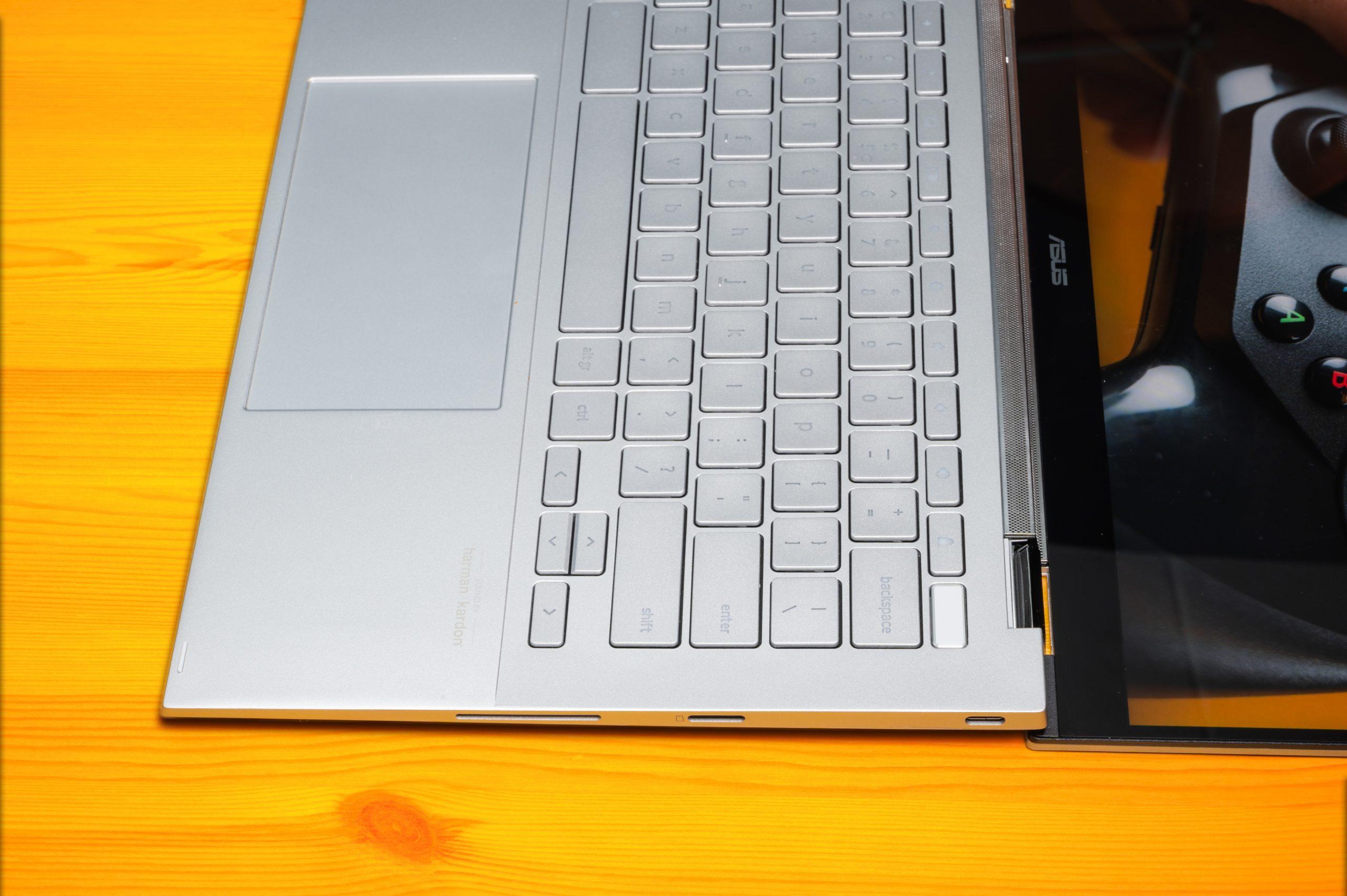 Foto van een draagbaar notebook van ASUS, met daarop zichtbaar de microSD-gleuf en een USB-C poort.