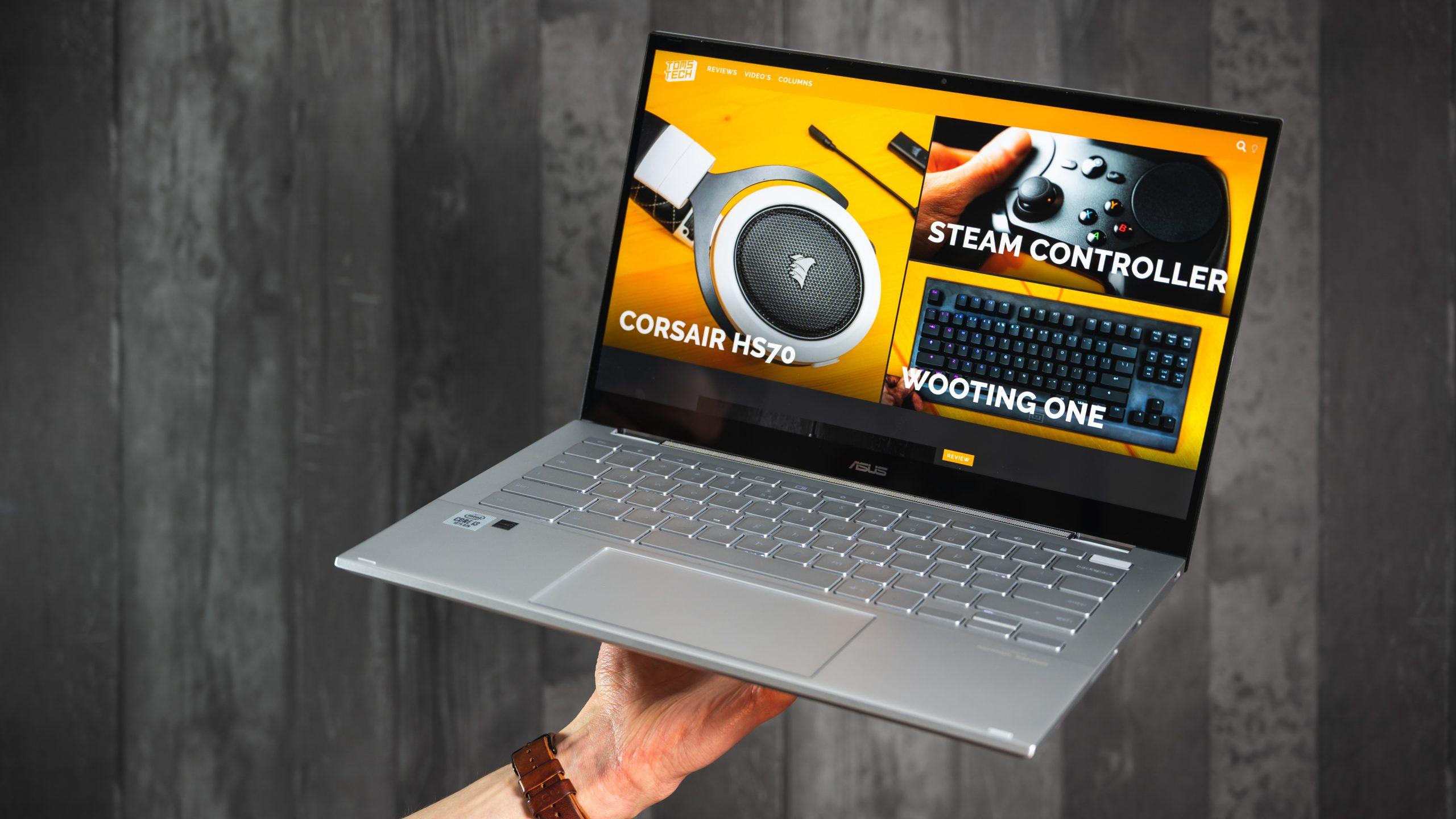 Foto van de ASUS Chromebook Flip C436-laptop, welke op één hand gedragen wordt en tech-website Toms Tech afbeeldt.