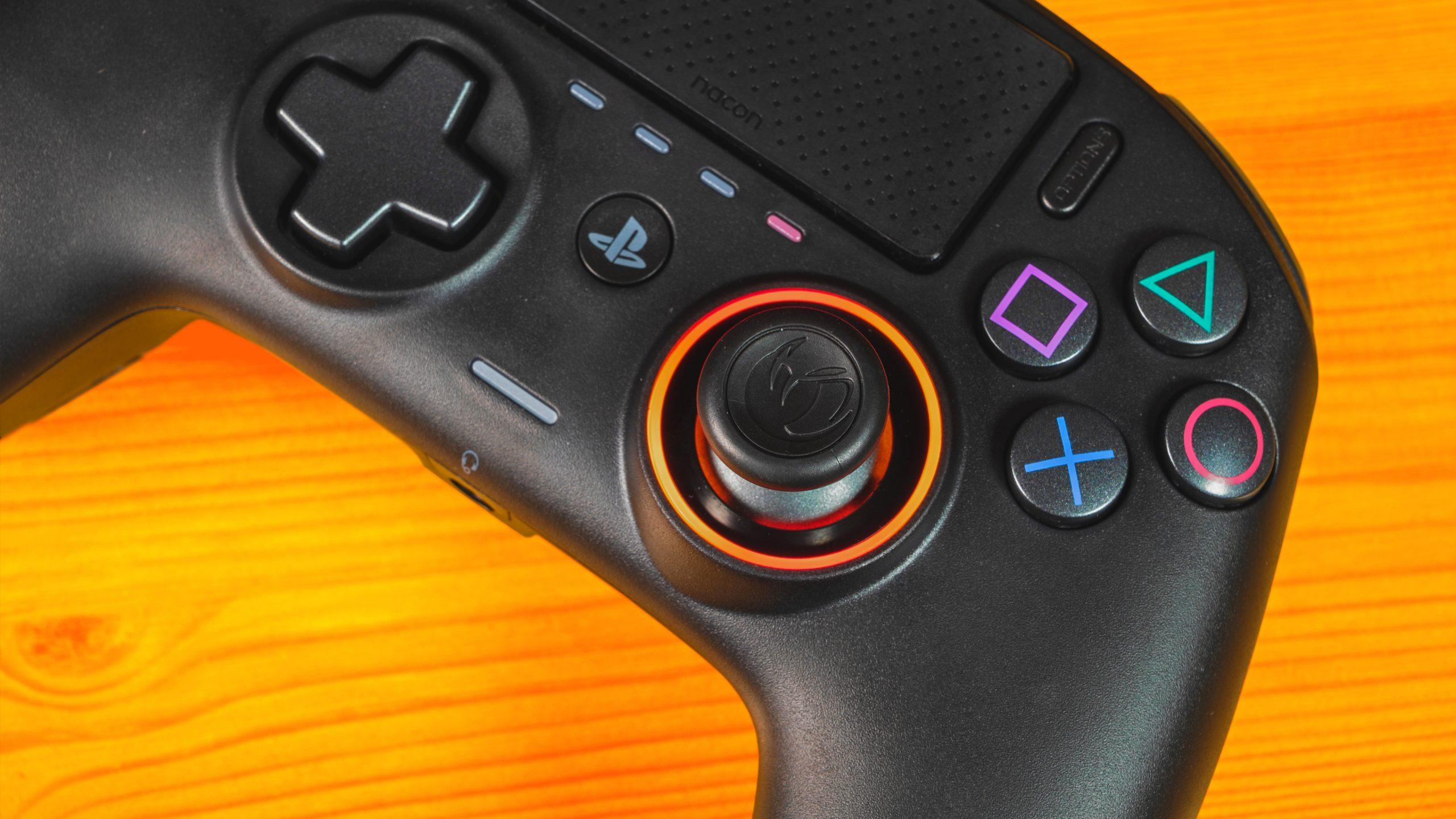 Bovenaanzicht van de Nacon Revolution Pro Controller 3 op een houten oppervlak.