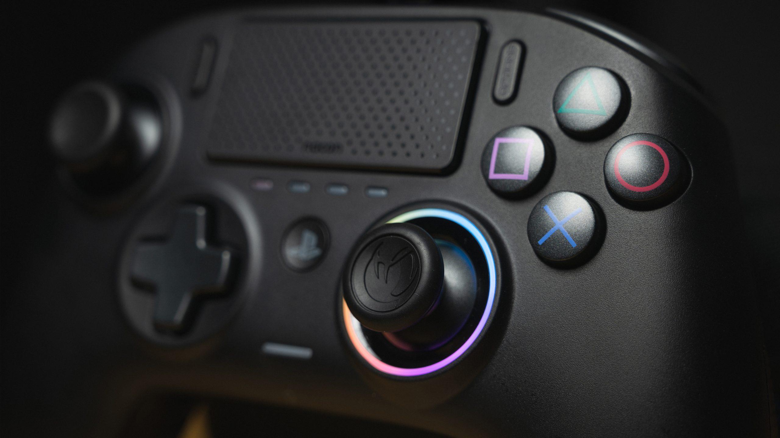 Close-up van de Nacon Revolution Pro Controller 3, met focus op de rechter-joystick en diens RGB-lichtring