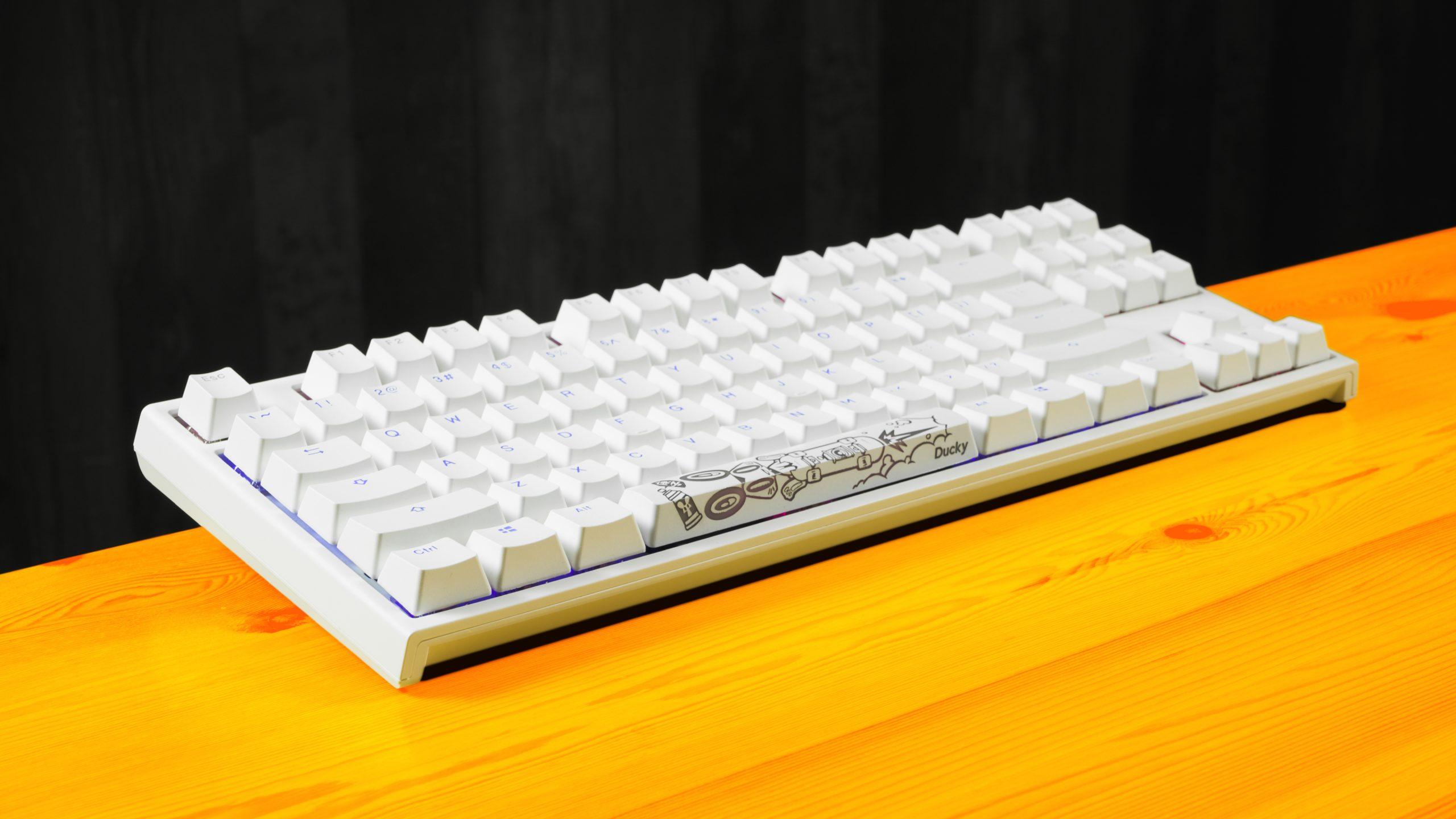 Isometrisch aanzicht van het Ducky One 2 RGB TKL-toetsenbord (wit, Cherry MX Blue)
