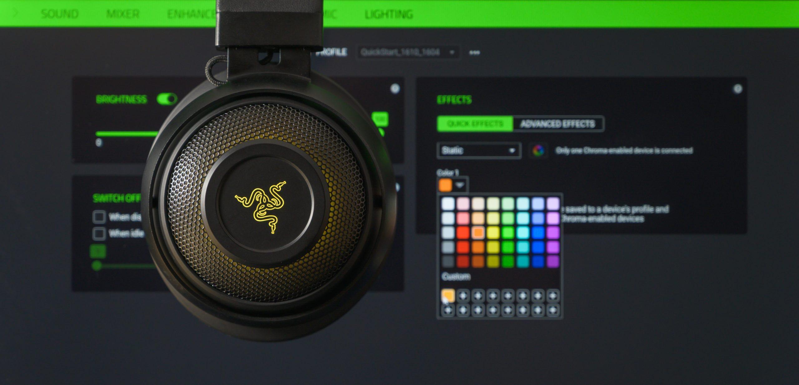 De RGB-verlichting van de Razer Kraken Ultimate naast de Razer Synapse 3-software, waarop te zien is dat de gekozen kleur en het daadwerkelijk licht niet goed overeenkomen.