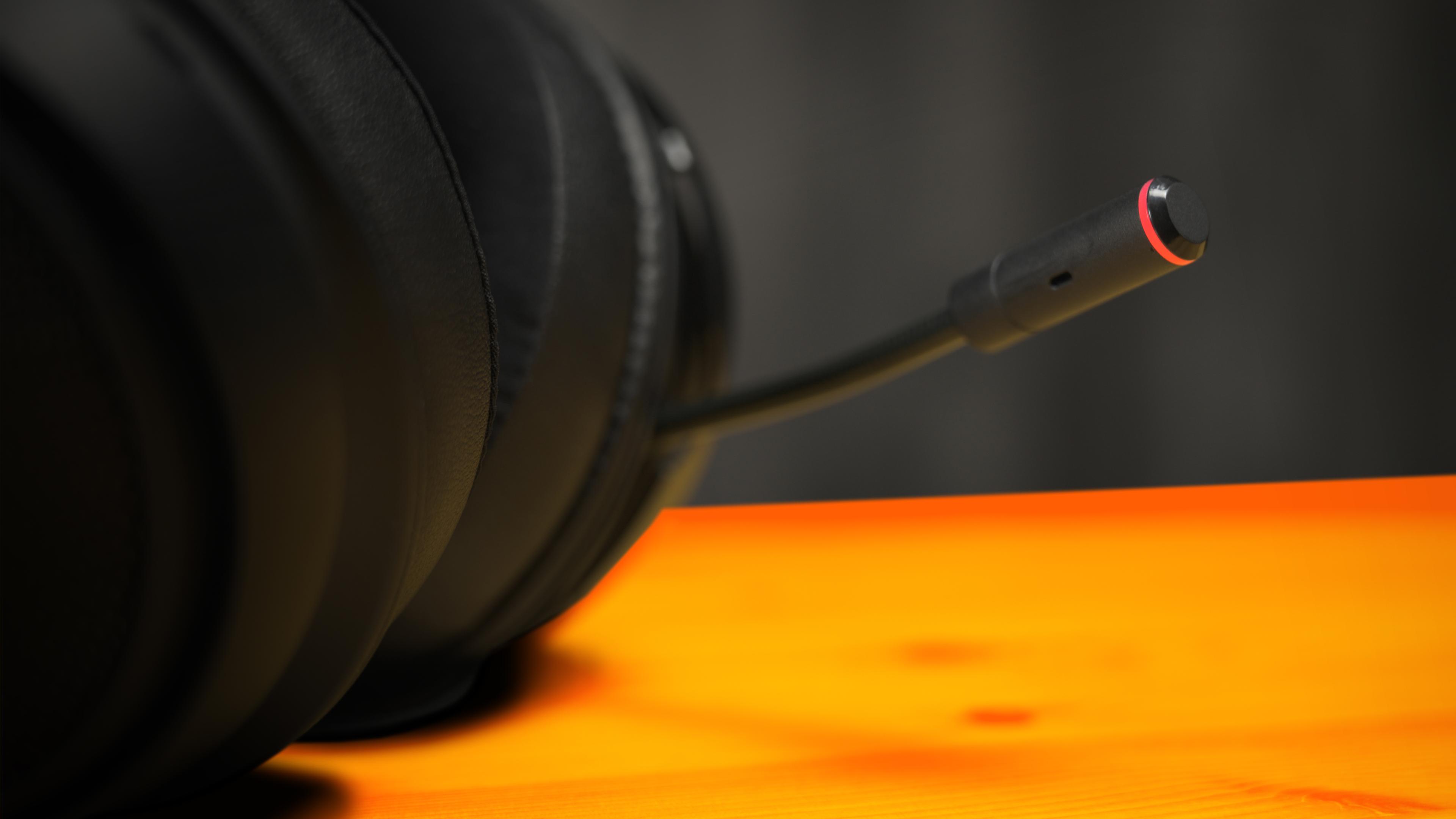 Close-up van de microfoon van de Razer Kraken Ultimate, met daarop zichtbaar de rode ringverlichting op de click-to-mute functie.