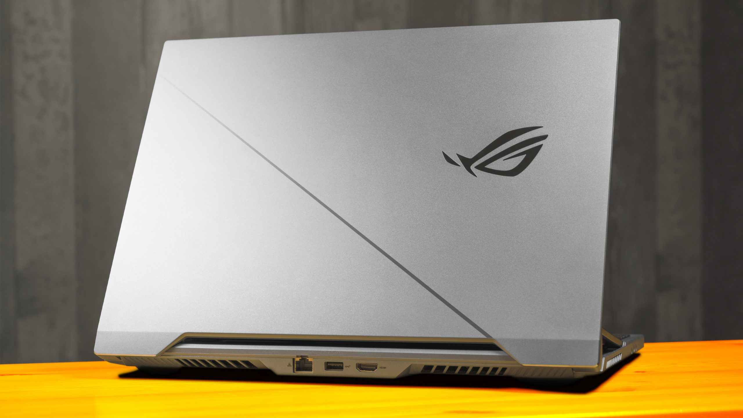 De achterzijde van ROG Zephyrus Duo 15-laptop, met daarop het Republic of Gamers-logo en inzage op de poorten op de achterzijde.