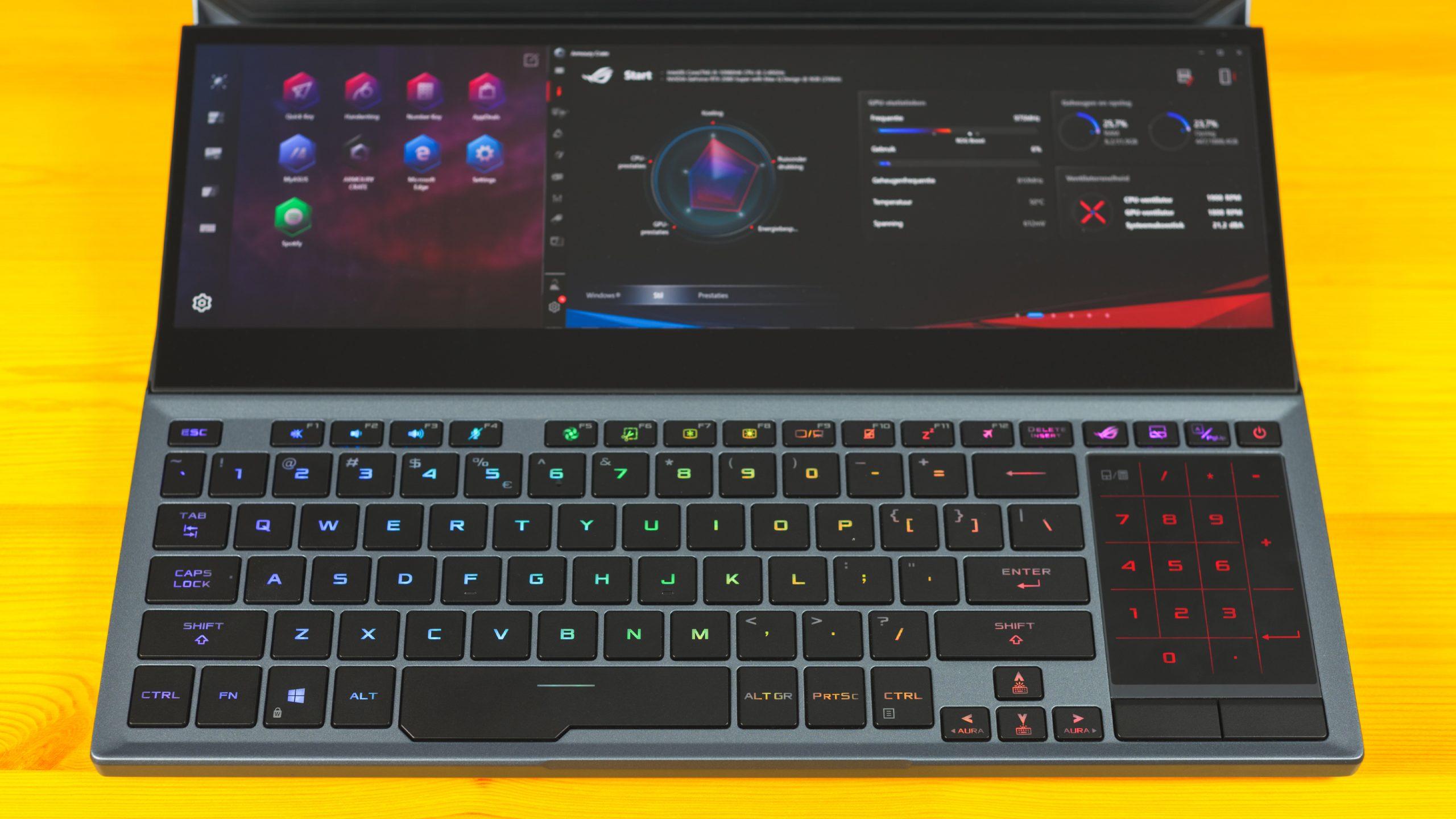 Foto van het onderpaneel van de ASUS ROG Zephyrus Duo 15, met daarop het toetsenbord en het tweede ROG ScreenPad Plus tweede touch-display.