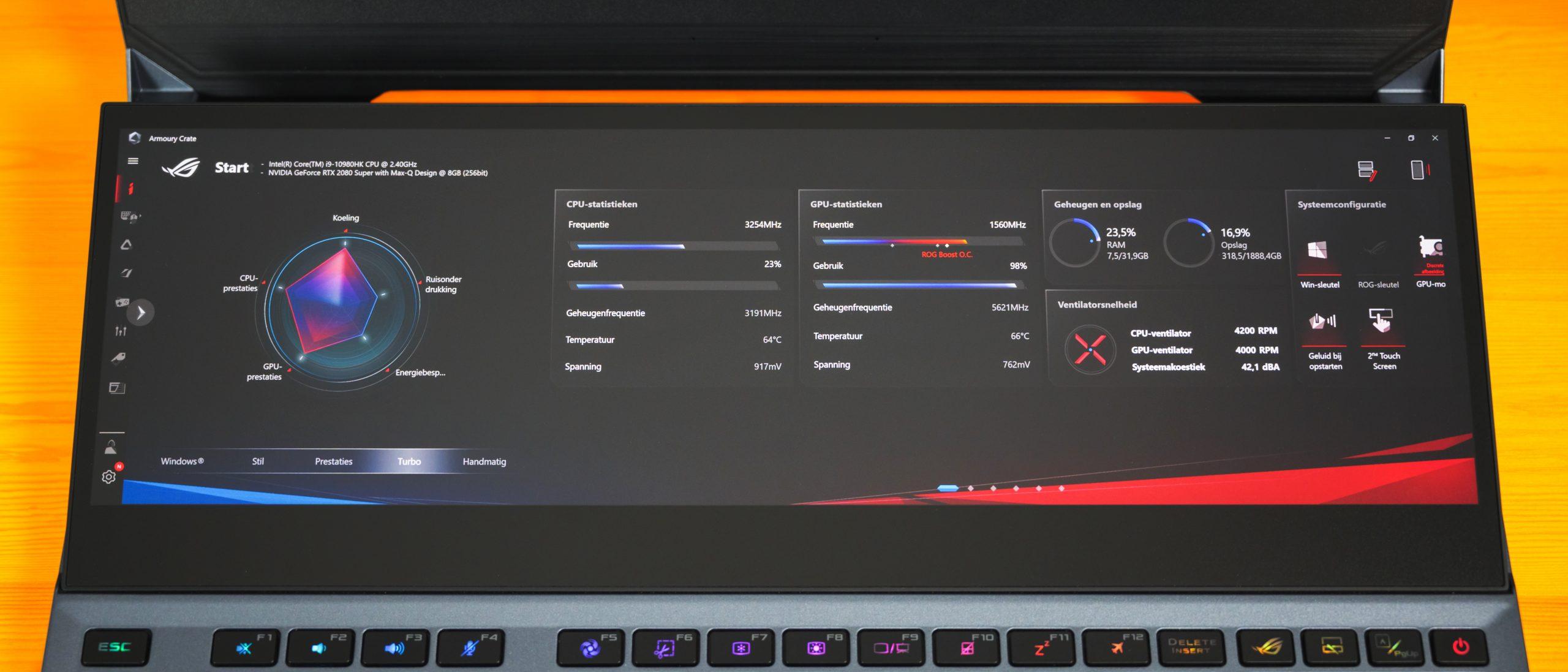 Foto van de ROG ScreenPad Plus zoals die ingebouwd zit in de ASUS ROG Zephyrus Duo 15, waarop de Armoury Crate met statistieken over de laptop af worden gebeeld.