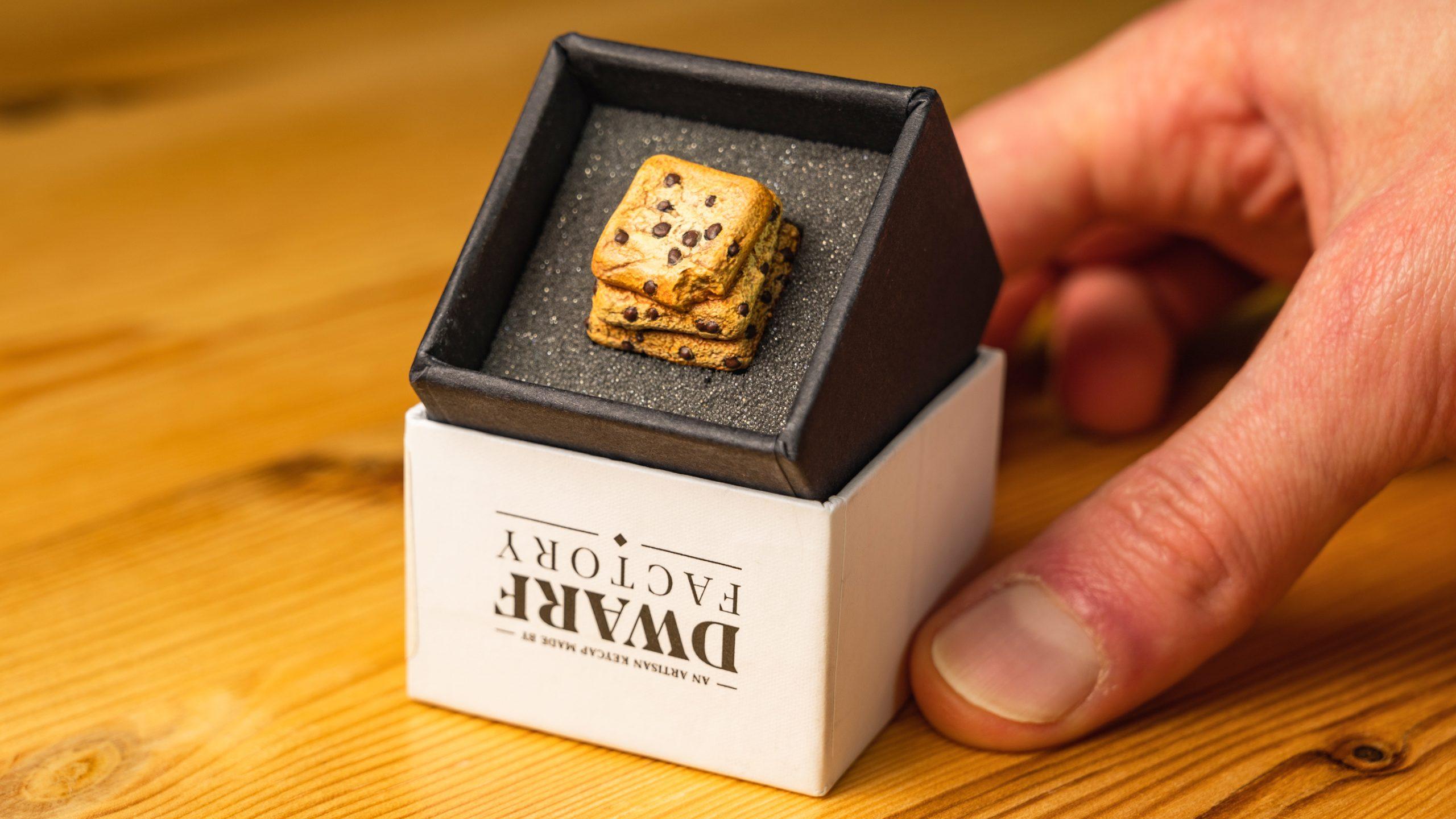 Foto van de Chippy Cookies custom keycap van Dwarf Factory in het daarvoor bedoelde doosje.