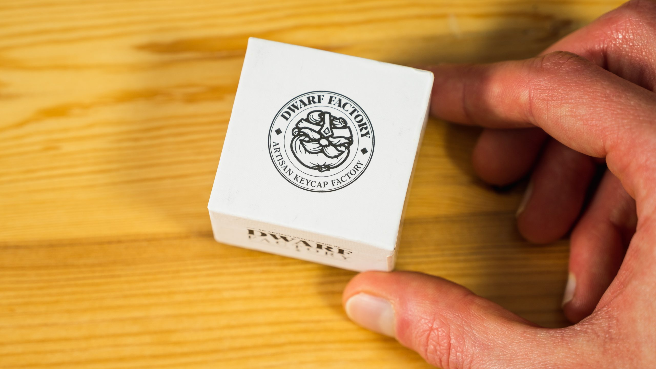 Bovenaanzicht van het Dwarf Factory-doosje, bedoeld voor custom keycaps.