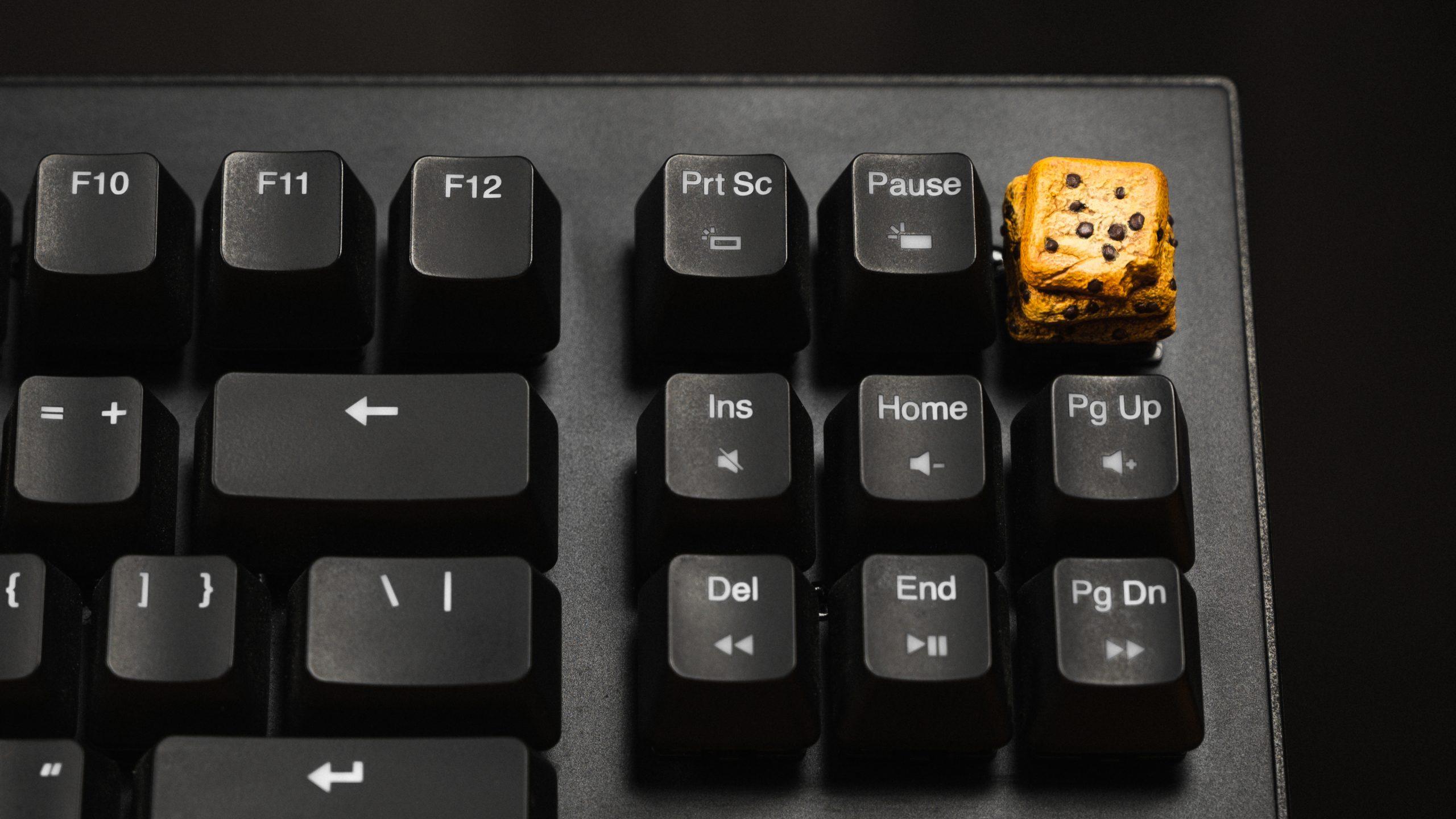 Foto van een custom keycap op de Mode-toets van een mechanisch toetsenbord.