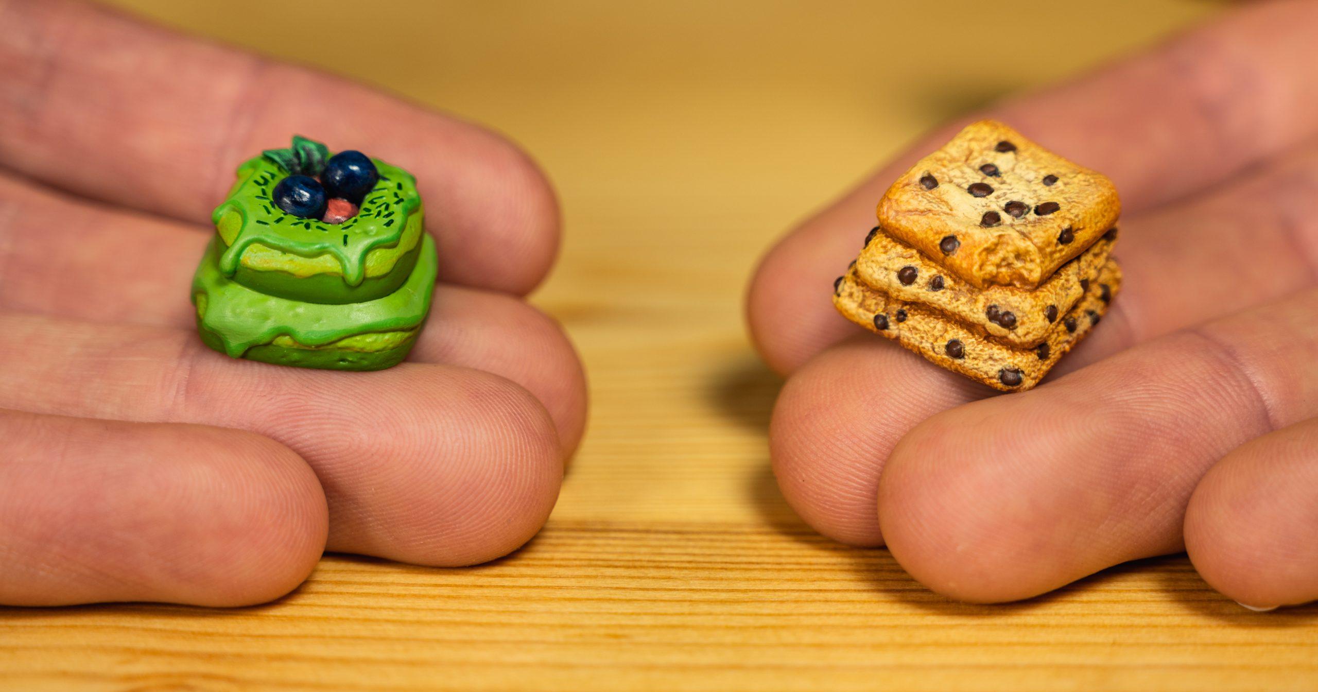 Foto van de Matcha Berry Donut (links) en de Chippy Cookies (rechts), beide custom keycaps van Dwarf Factory.