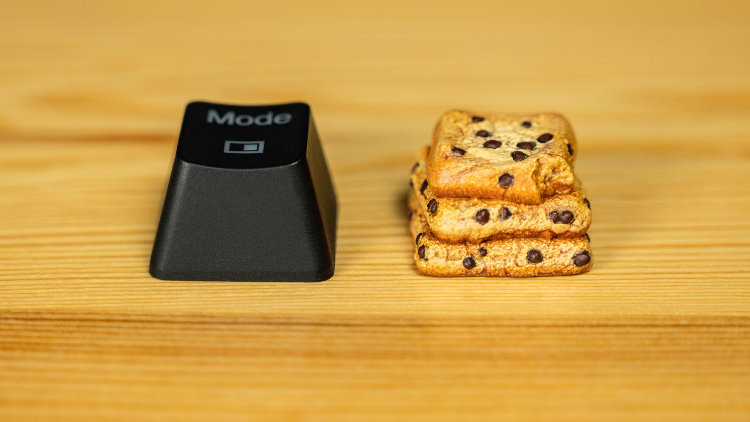Vergelijkingsfoto tussen een reguliere OEM-profiel keycap (links) tegenover de Chippy Cookies-keycap van Dwarf Factory.