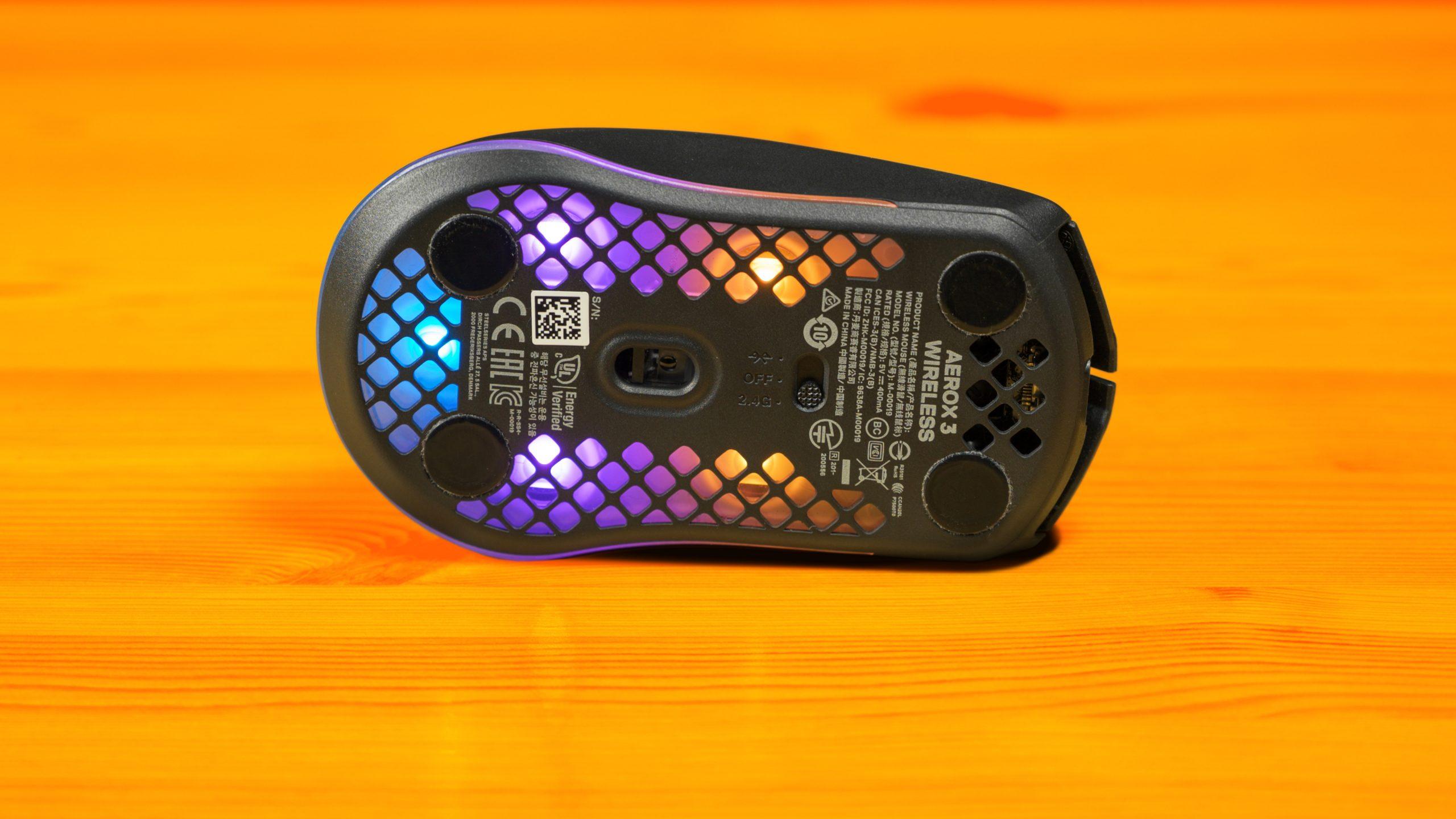 Onderaanzicht van een SteelSeries-muis, waarop de TrueMove Air-sensor en draadloze schakelaar zichtbaar zijn.