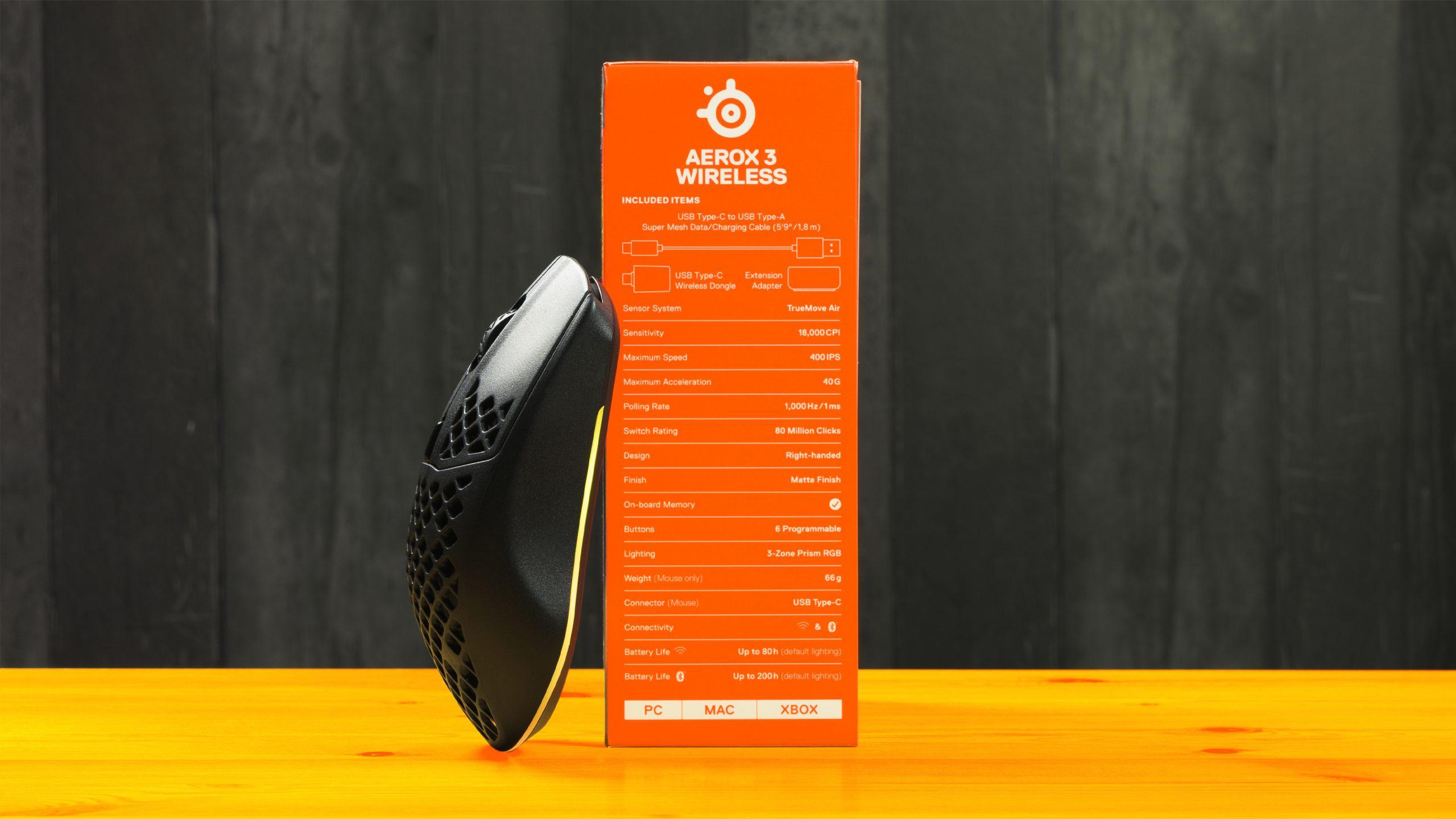 Foto van de Aerox 3 Wireless-muis van SteelSeries, leunend tegen zijn eigen originele doos.