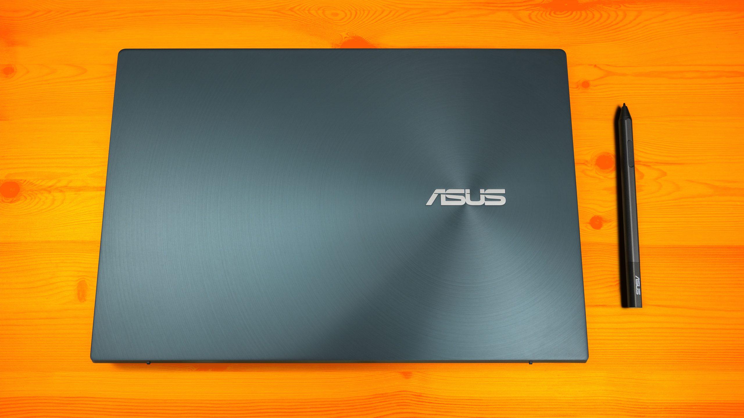 Bovenaanzicht van een dichtgeklapte ASUS-notebook en bijbehorende stylus-pen.