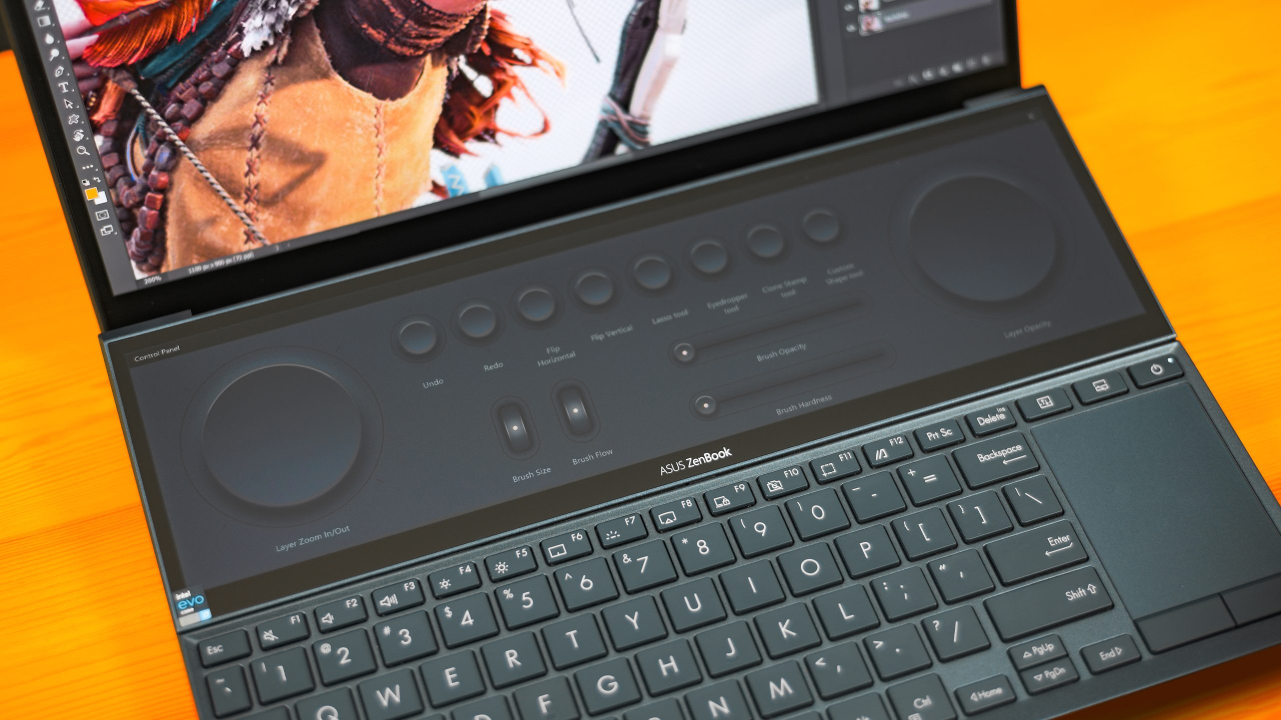 Close-up van het tweede scherm van de ASUS ZenBook Duo, met daarop de Control Panel-interface voor creatieve software.