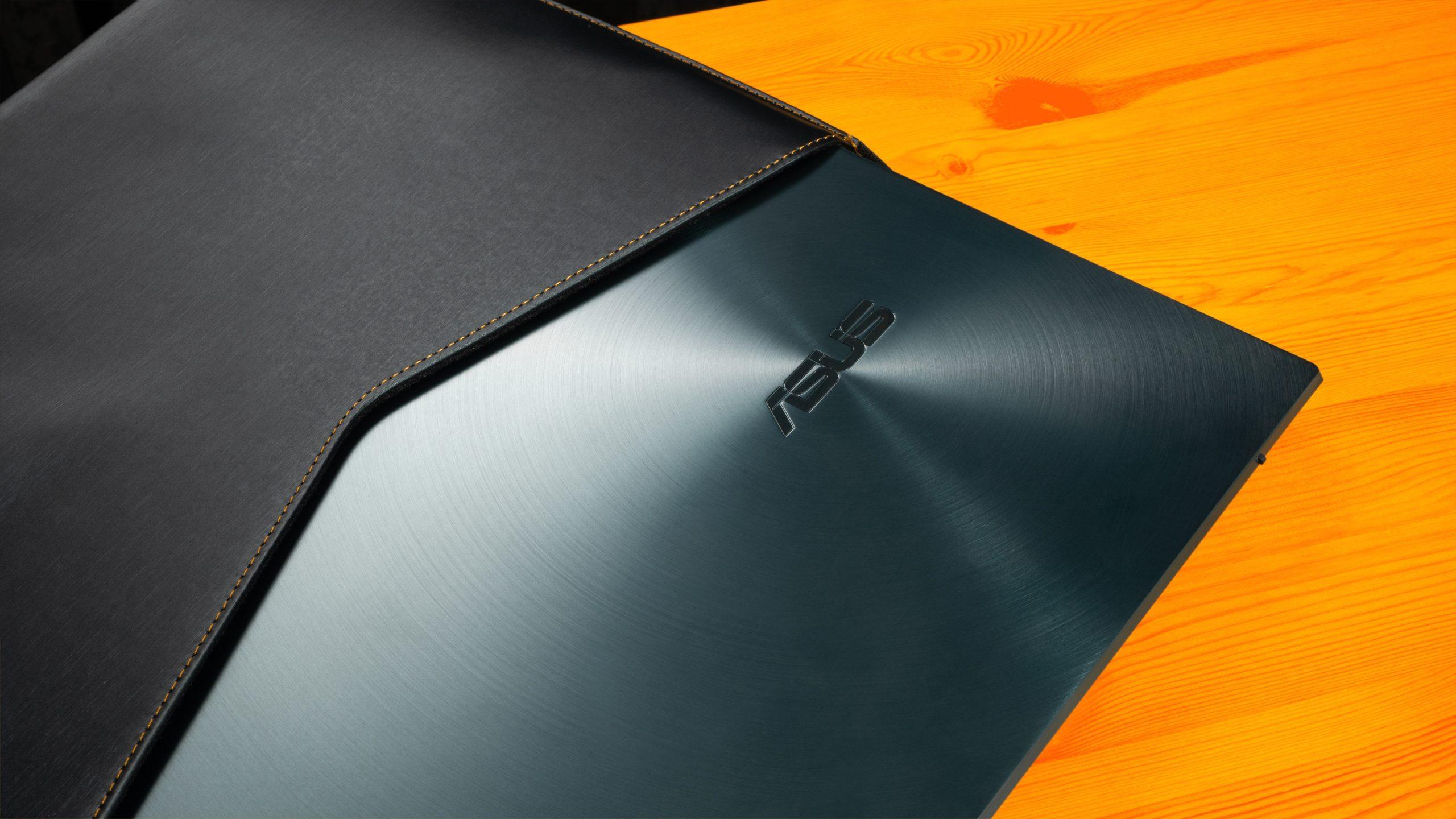ASUS ZenBook Duo 14 deels in de meegeleverde draagenvelop geschoven.