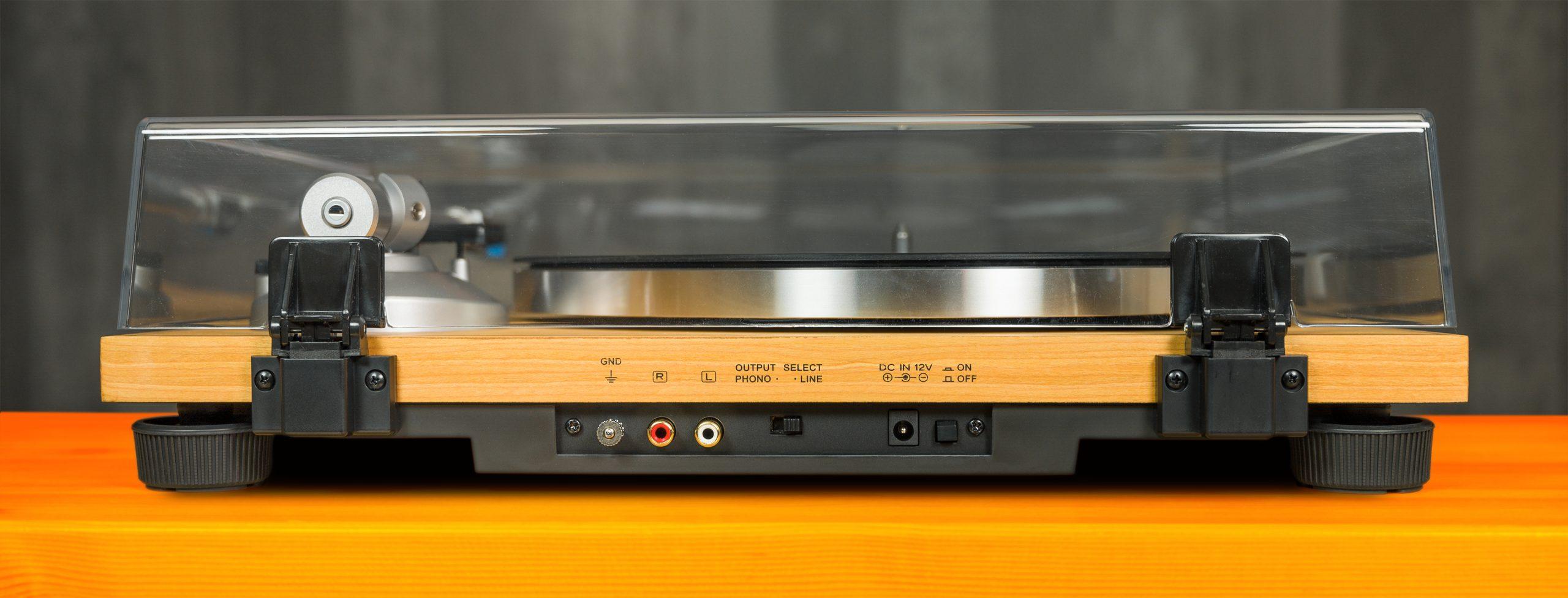 Achteraanzicht van de AT-LPW30TK platenspeler, met daarop alle aansluitingen zichtbaar.