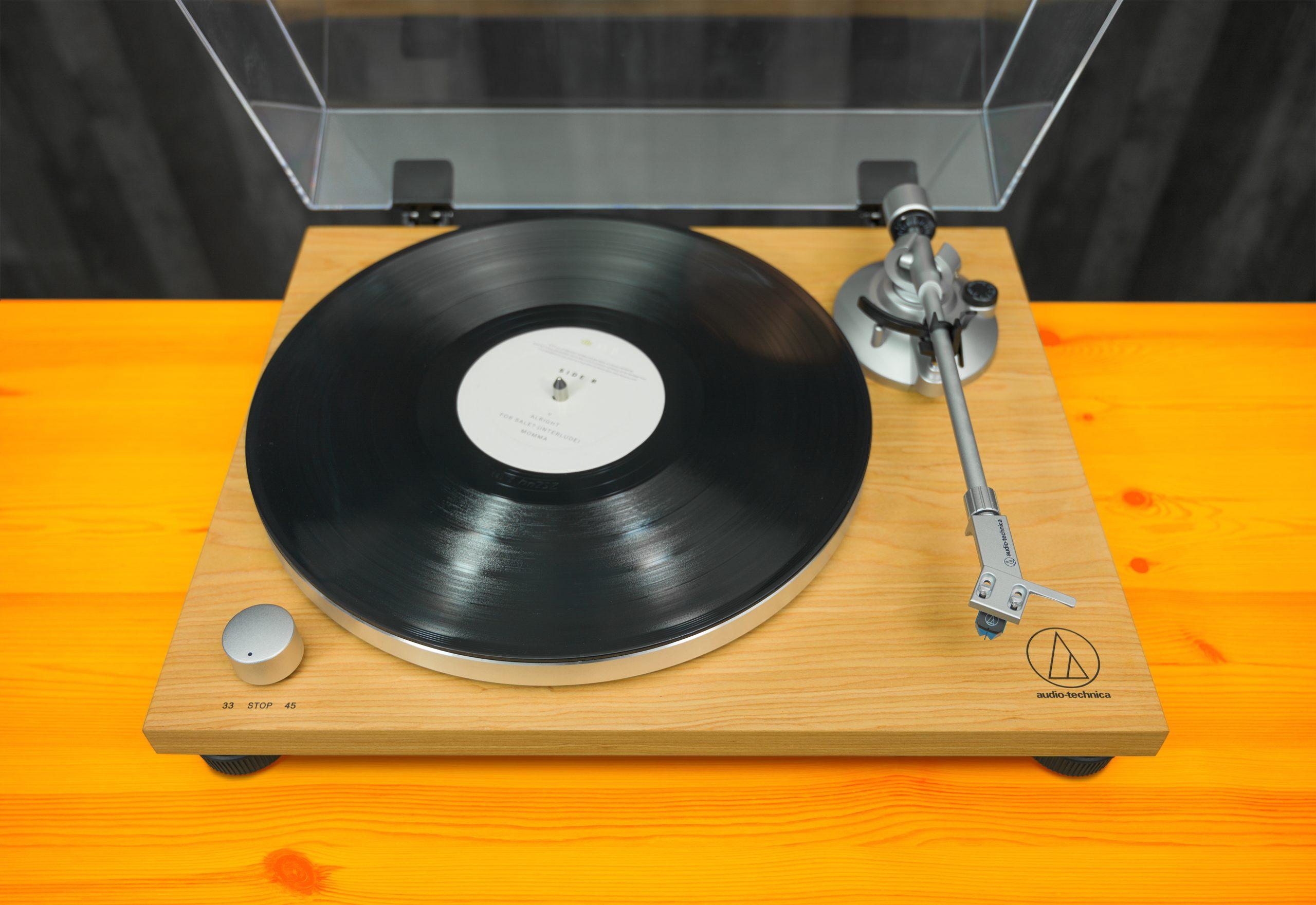 Vooraanzicht van de Audio-Technica AT-LPW30TK platenspeler.