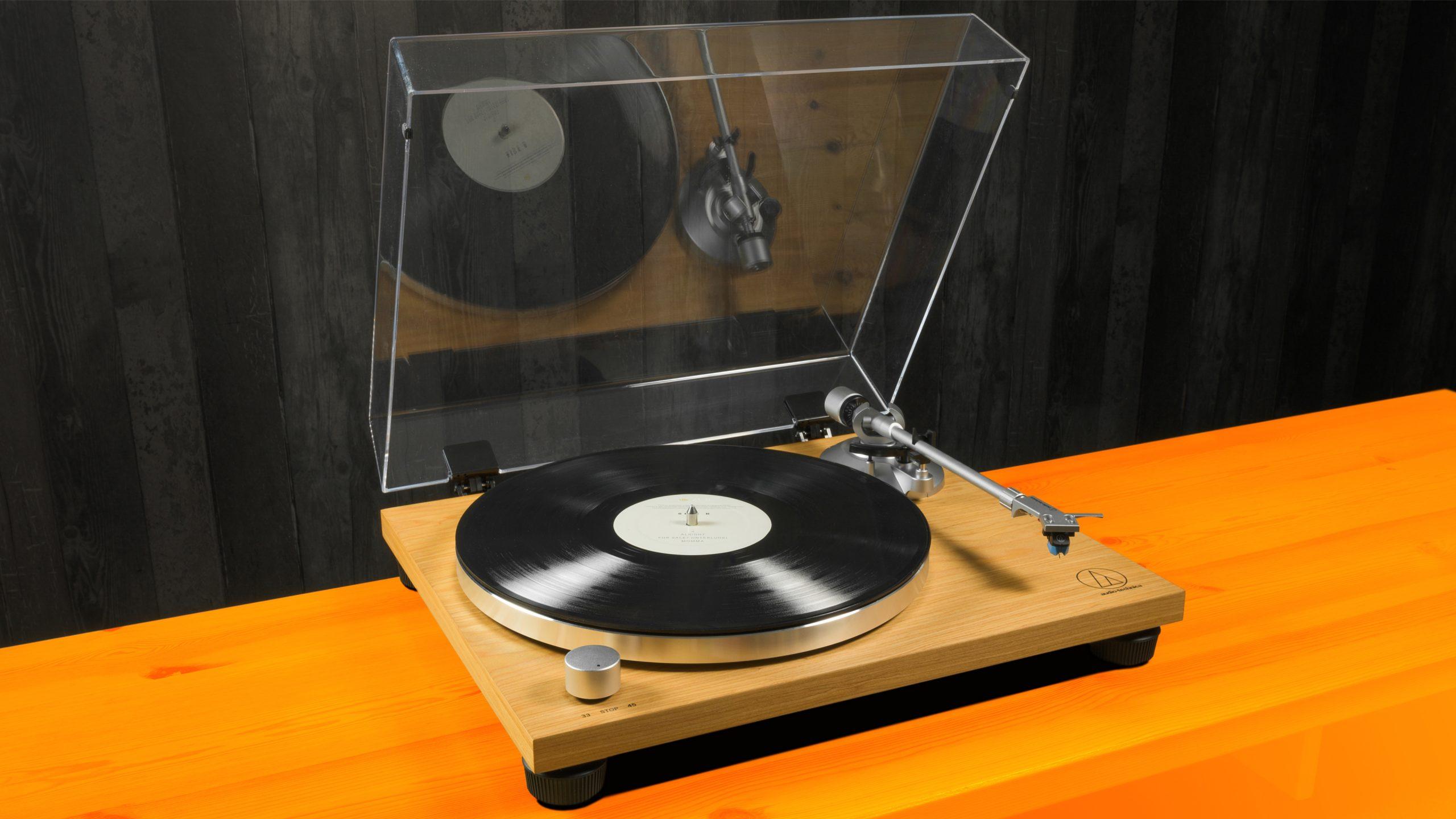 Foto van een opengeklapte Audio-Technica AT-LPW30TK platenspeler.