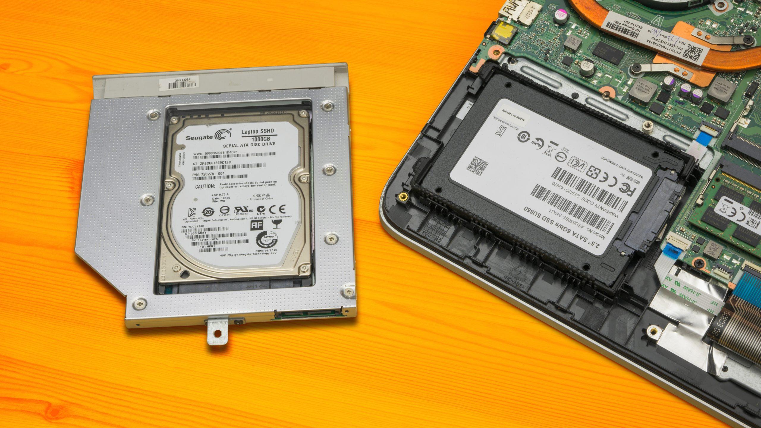 Foto van een SSD en HDD (in eigen chassis) zoals je die in een oude notebook aan zou kunnen treffen.