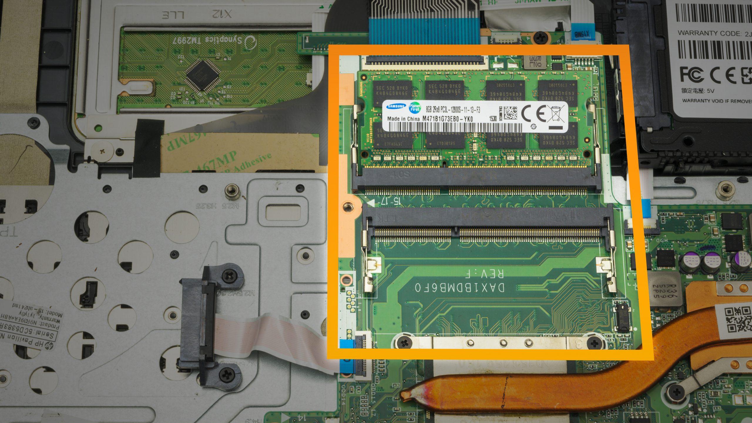 Close-up van de printplaat van een laptop, met daarop het werkgeheugen (en de slots daarvoor) uitgelicht.