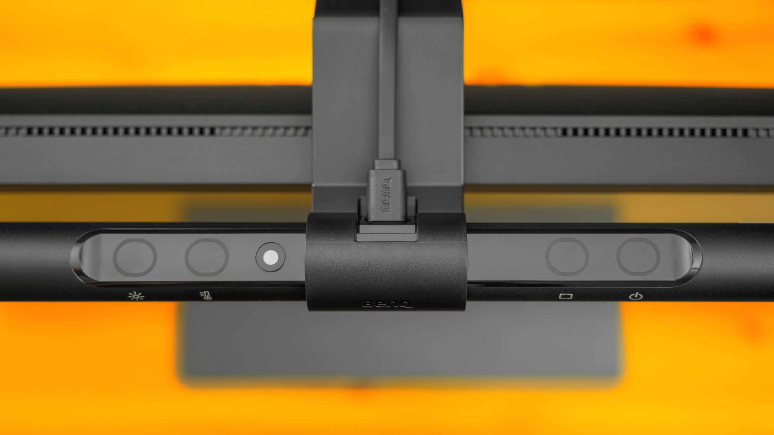 Bovenaanzicht van de BenQ ScreenBar, met daarop de touch-controls duidelijk zichtbaar.