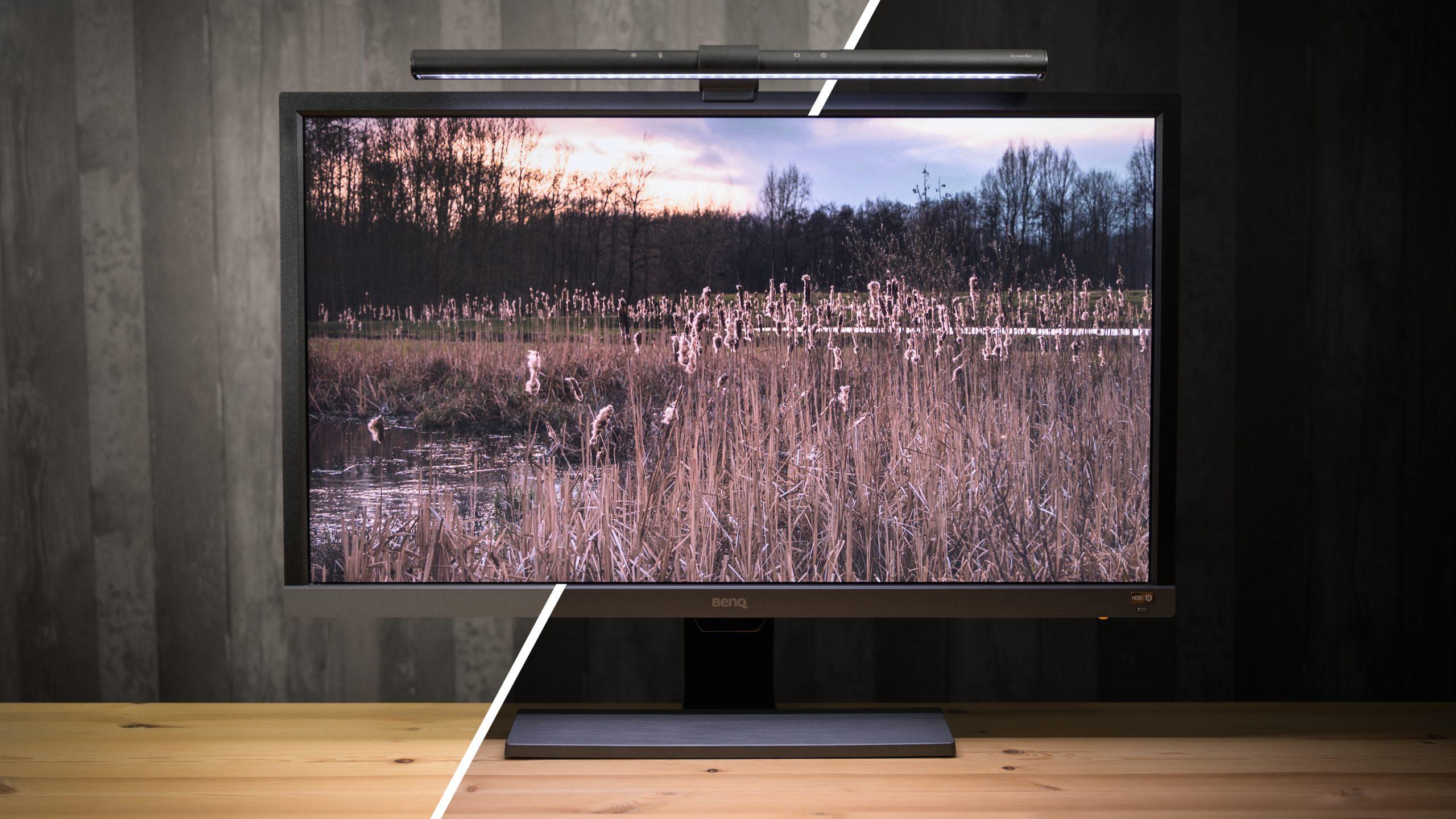 Compilatiebeeld van een beeldscherm in het licht en donker, met daarop een BenQ-schermlamp.