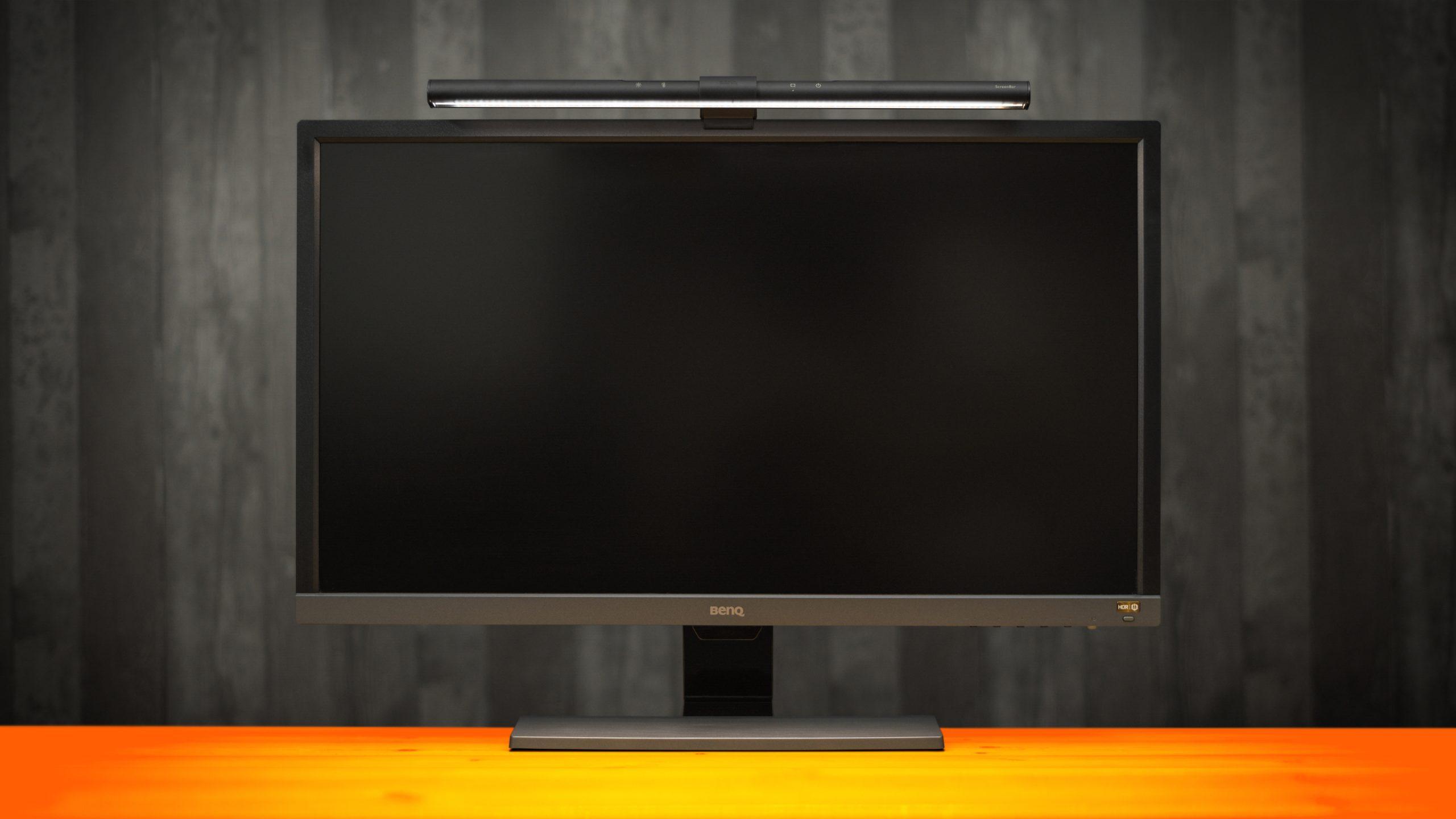 Vooraanzicht van een BenQ-monitor met daarop een slim schermlicht.