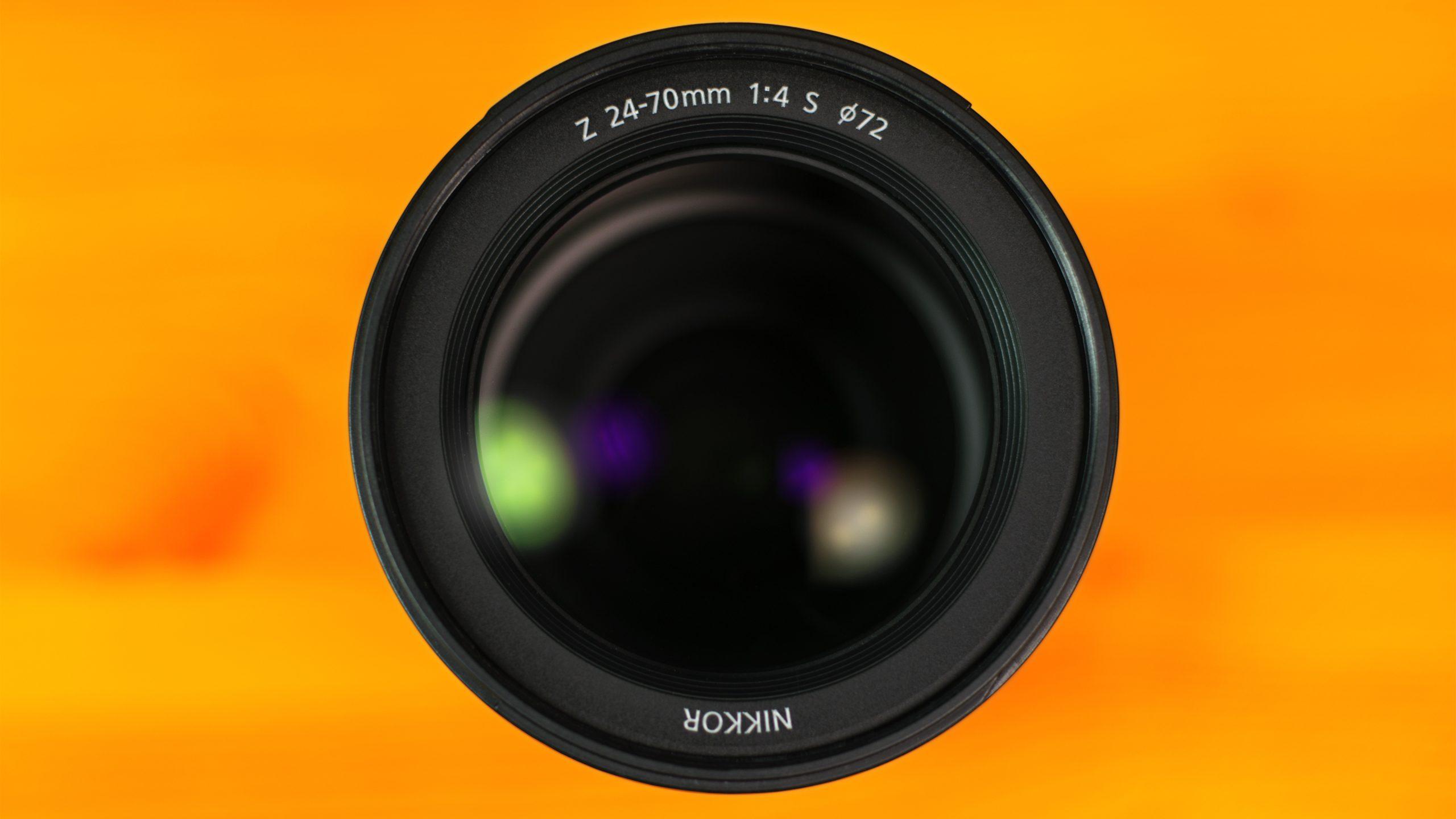 Vooraanzicht van de Nikkor 24-70 F4 S-lens, onderdeel van Nikons eigen lijn aan Z-objectieven.