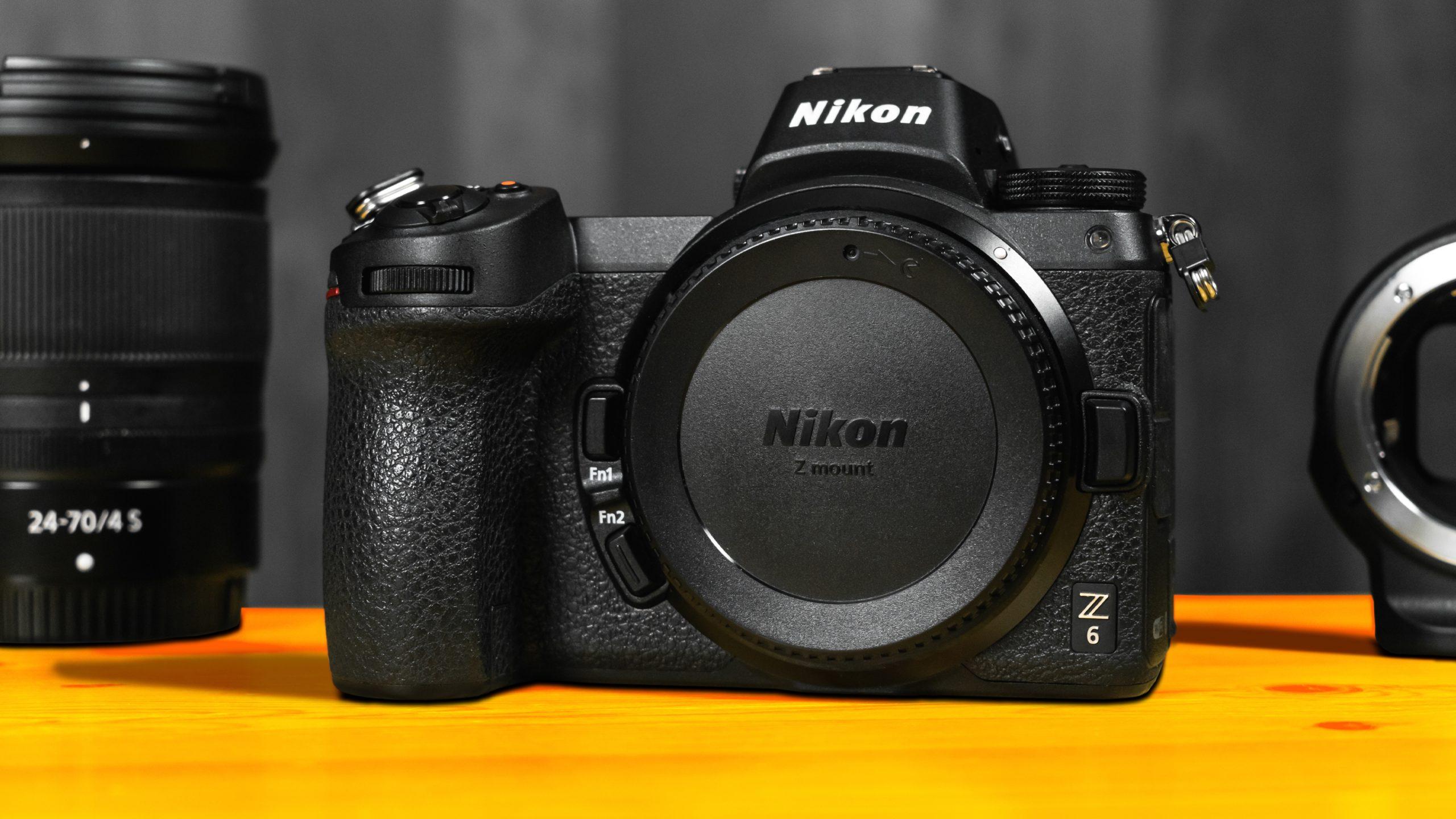 Vooraanzijde van de Nikon Z6 systeemcamera, met aan de zijdes nog net zichtbaar het Nikkor 24-70 F4 S-objectief en de Nikon FTZ-adapter.