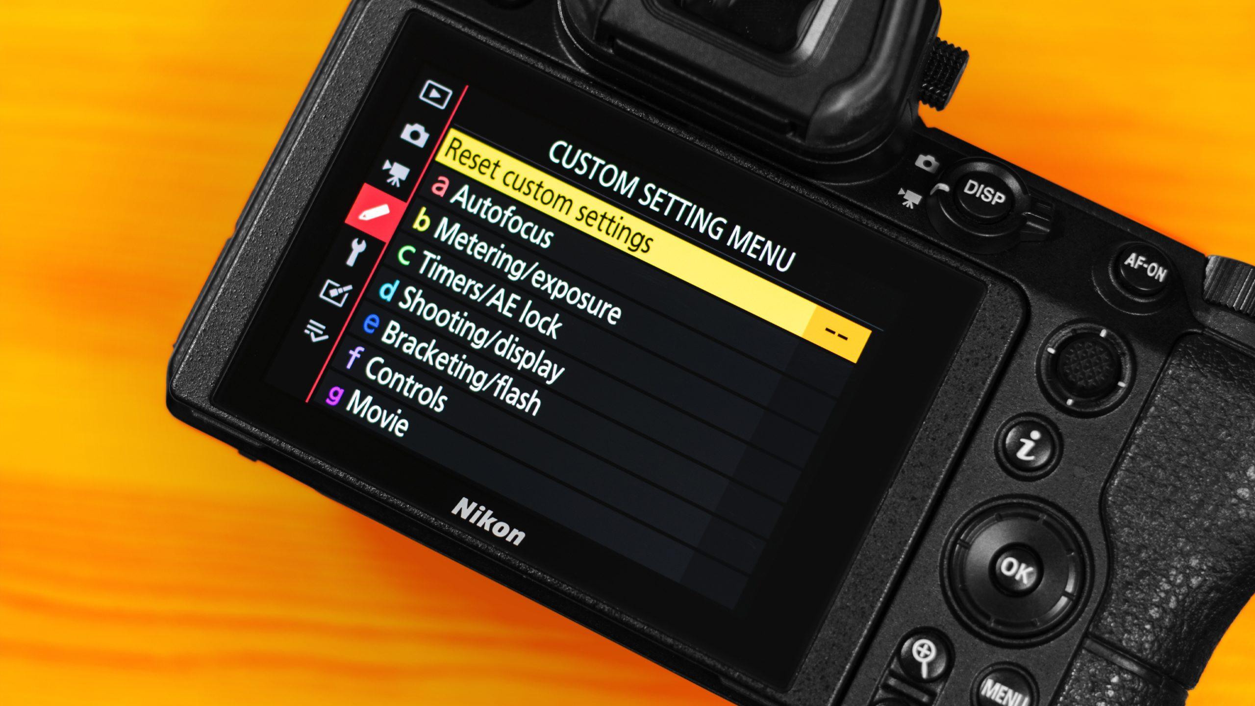 Foto van het touchscreen van de Nikon Z6-camera, met daarop de interface rondom instellingen voor alle interne menu's.