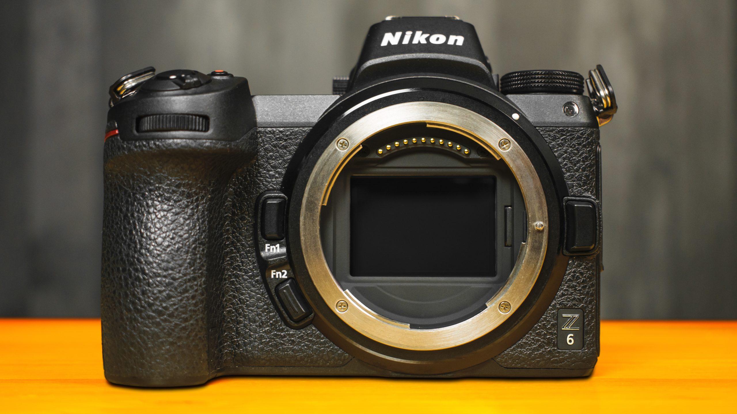 Vooraanzicht van de Nikon Z6-camera, ontdaan van de body-dop en met de beeldsensor ontbloot.