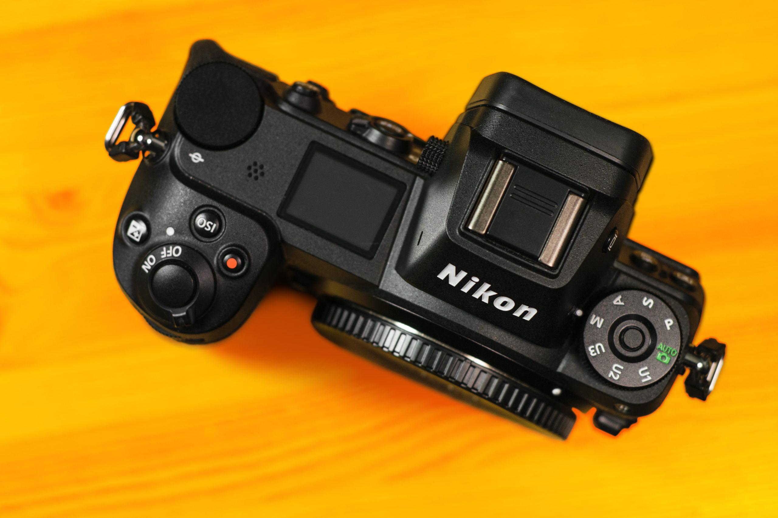 Bovenaanzicht van een Nikon Z-serie systeemcamera.