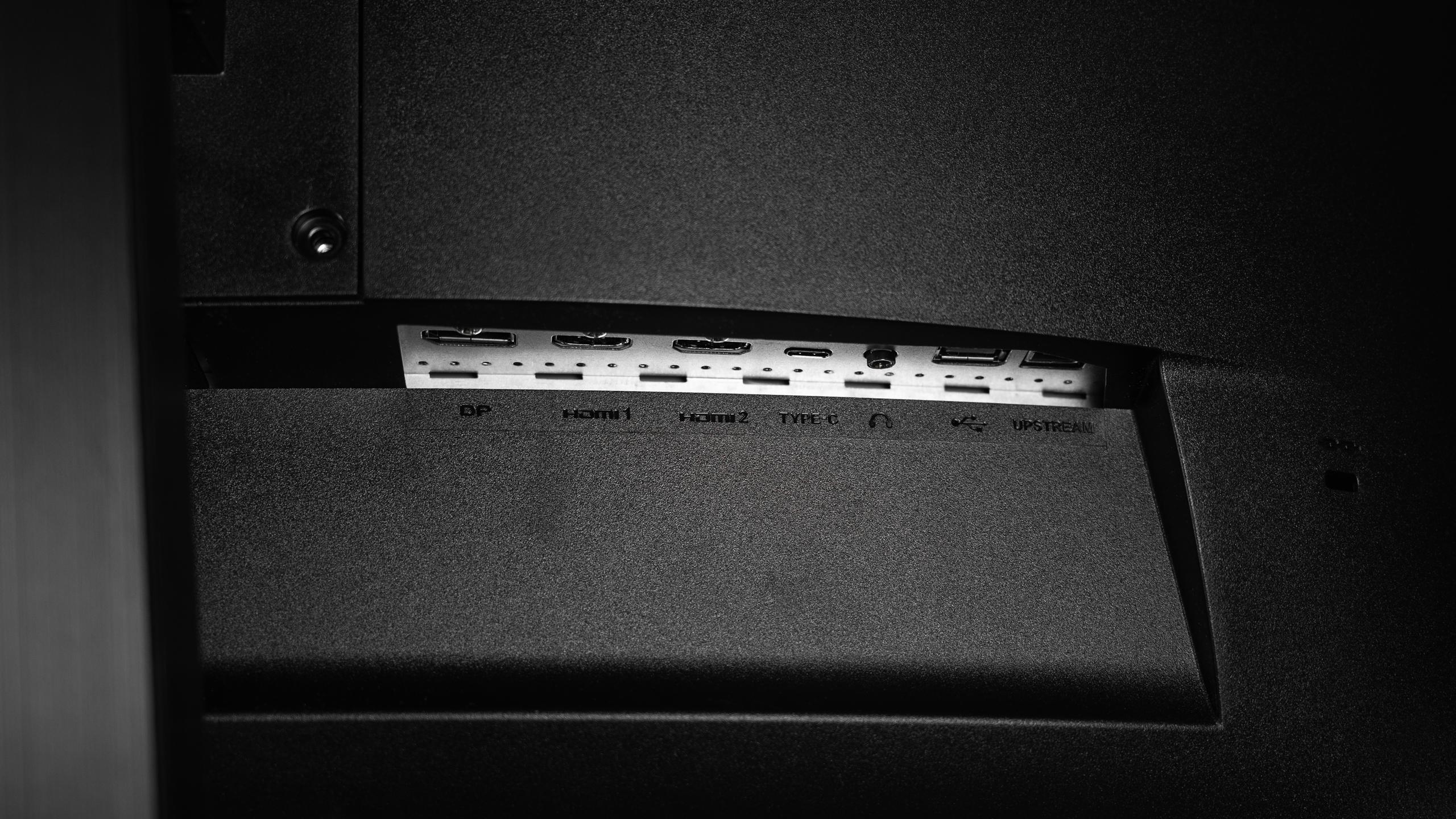 Overzicht van alle I/O-poorten op de MSI Optix MAG272CQR gaming-monitor.