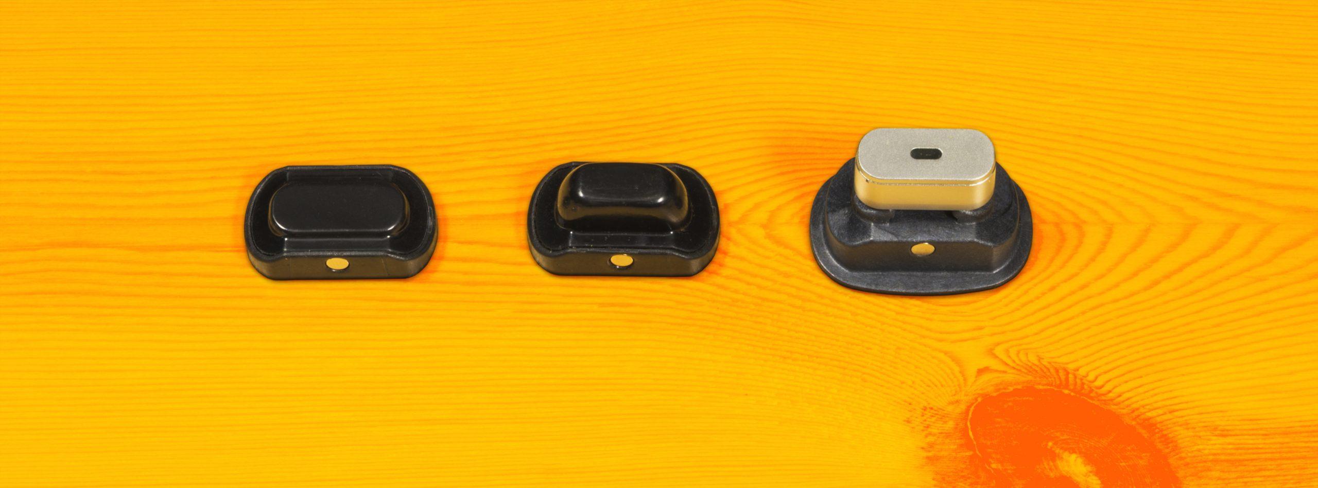 Drie PAX-dekseltjes naast elkaar. Van links naar rechts: de standaarddeksel, de deksel voor halve ladingen en het inzetstuk voor concentraten.