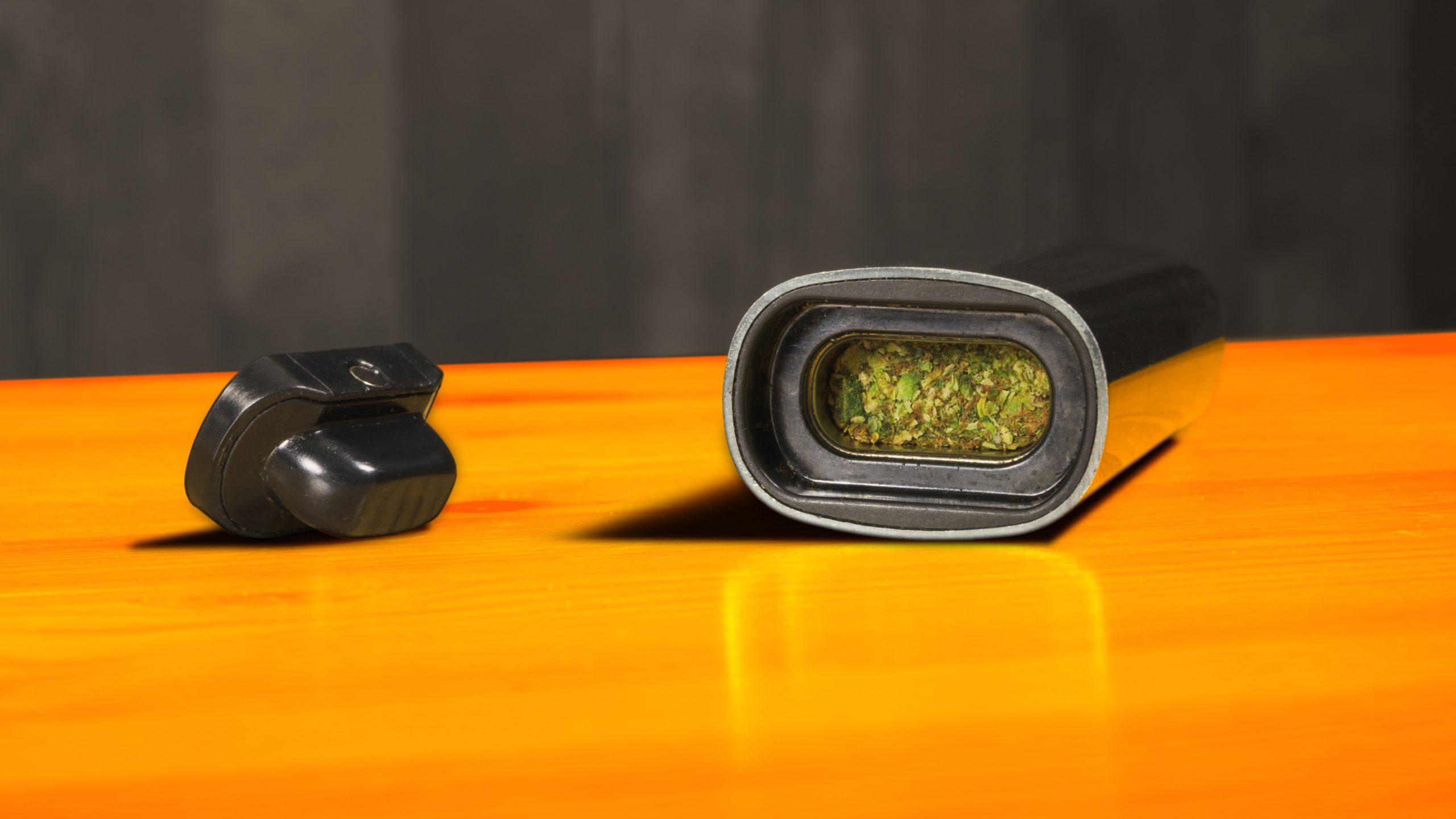Inkijkje op de PAX 3 vaporizer, reeds gevuld met wat vergruisde en aangestampte cannabis.