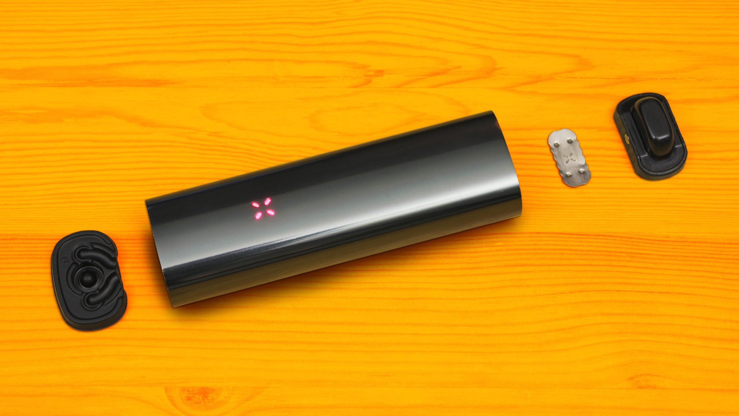 De PAX 3 deels uit elkaar gehaald. Zichtbaar zijn het platte mondstuk, de ovenschermpjes en het 'halve' dekseltje.