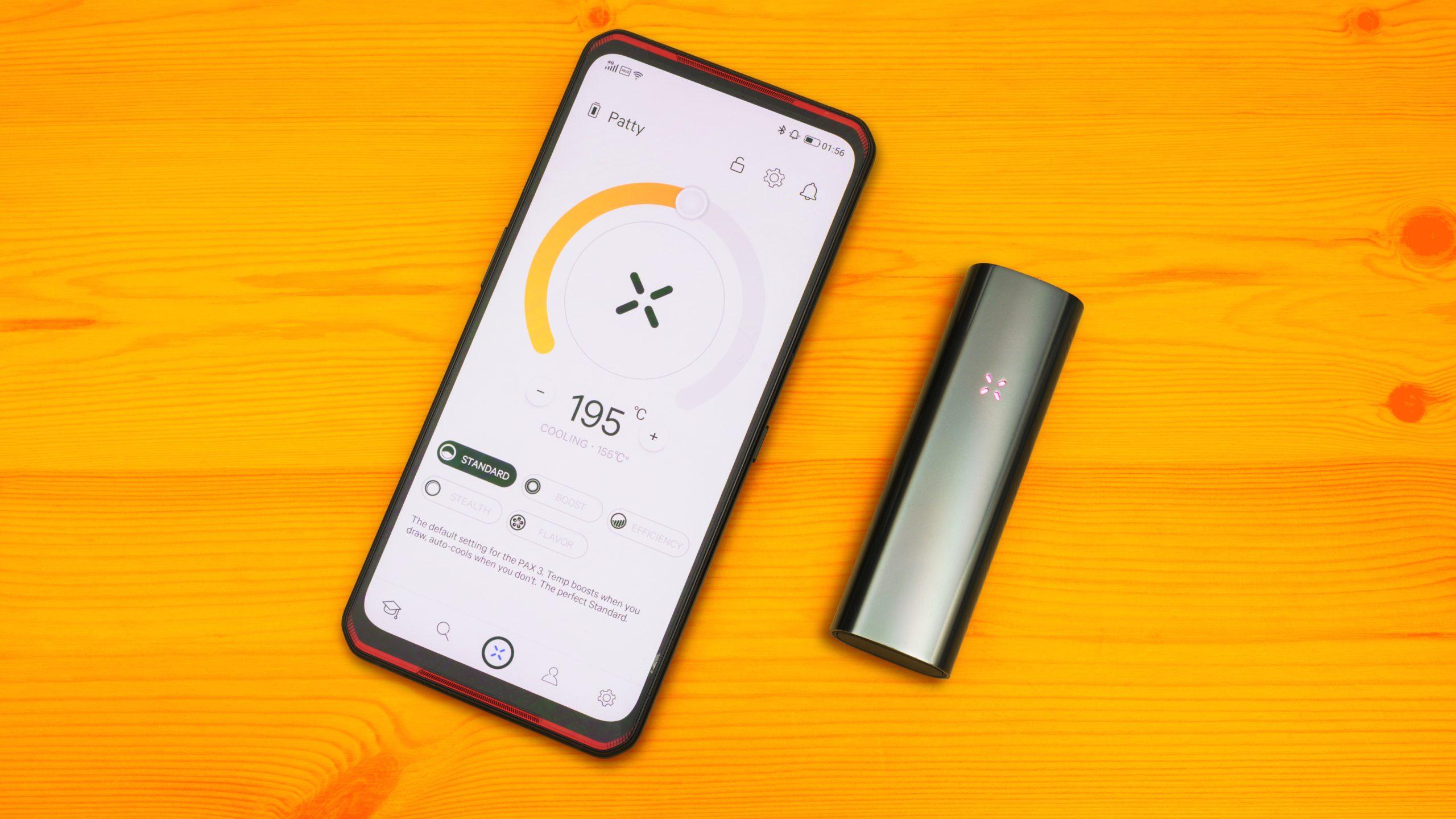 Bovenaanzicht van de PAX App op een smartphone, met daarnaast de verdamper zelf.