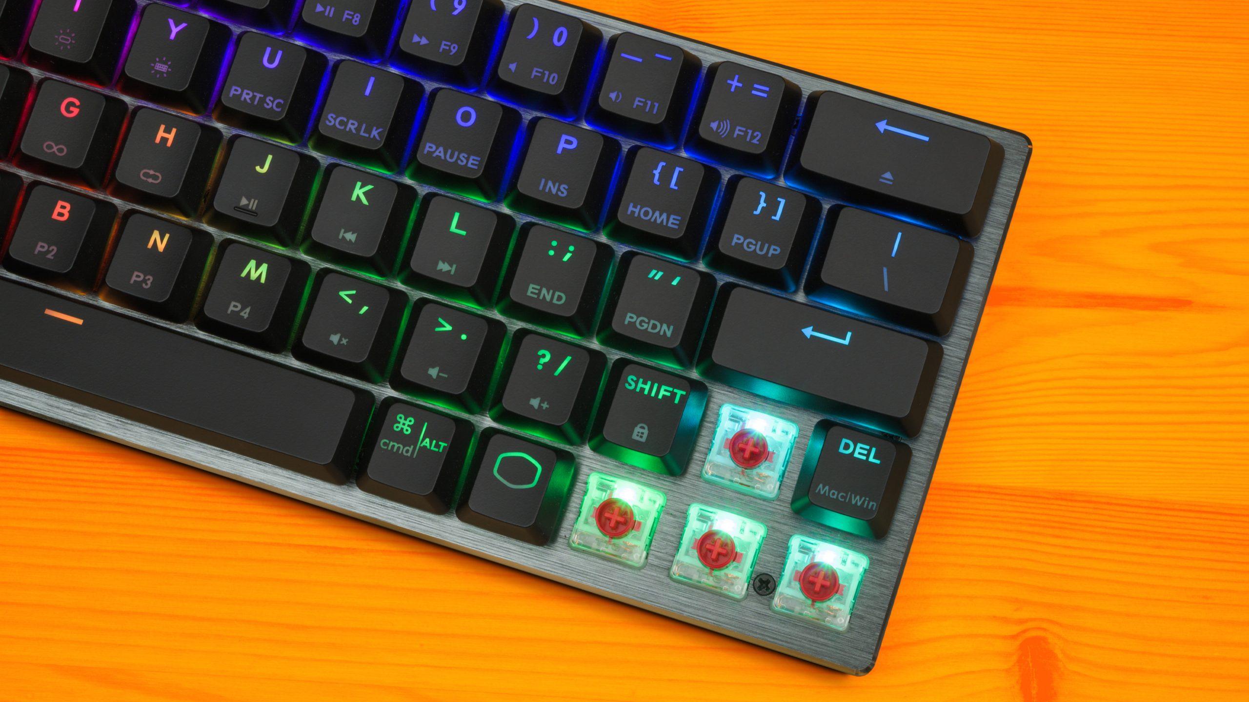 Foto van de rechterzijde van de Cooler Master SK622, met de keycaps van de pijltjestoetsen verwijderd.