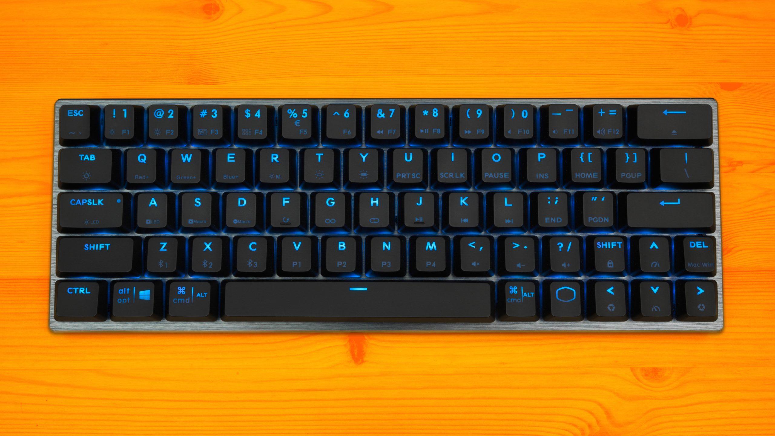 Bovenaanzicht van het compacte Cooler Master SK622-toetsenbord.